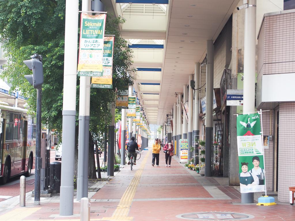 広い歩道が整備された駅前は、ベビーカーをひいたり、子どもと手をつないで歩くのにも便利そう。