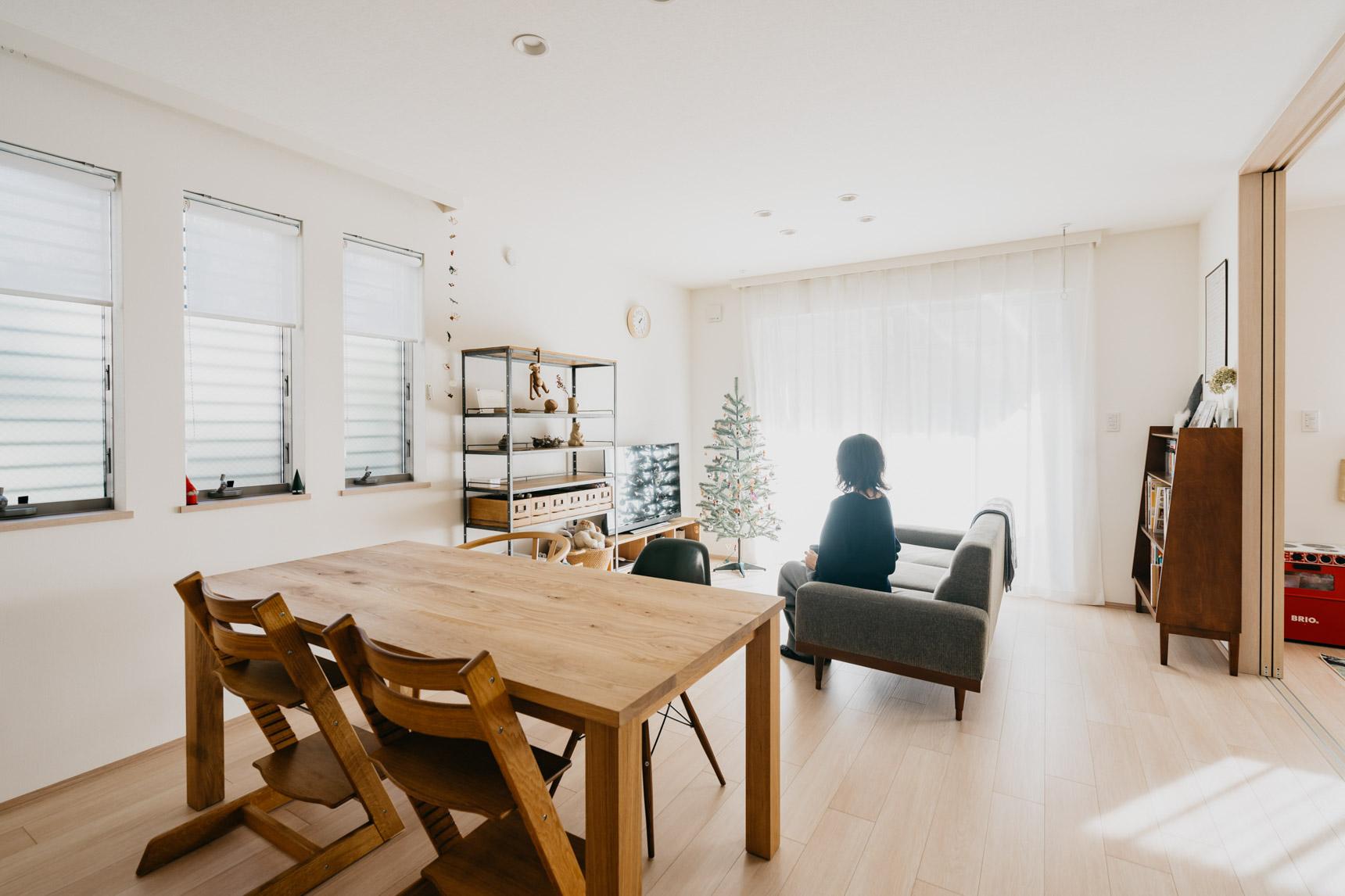 ダイニングテーブルと、アイアンの棚は TRUCK furniture、ソファ、その後ろにある本棚はPACIFIC FURNITURE SERVICEで購入したもの。