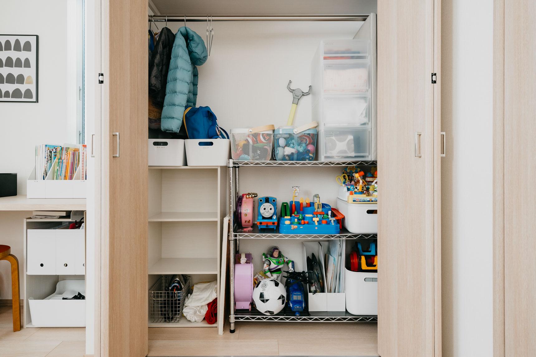 子どもたちのための収納も、綺麗に片付けられていました。左側、2段空いているスペースは、幼稚園から帰ってきたらカバンをしまう場所。