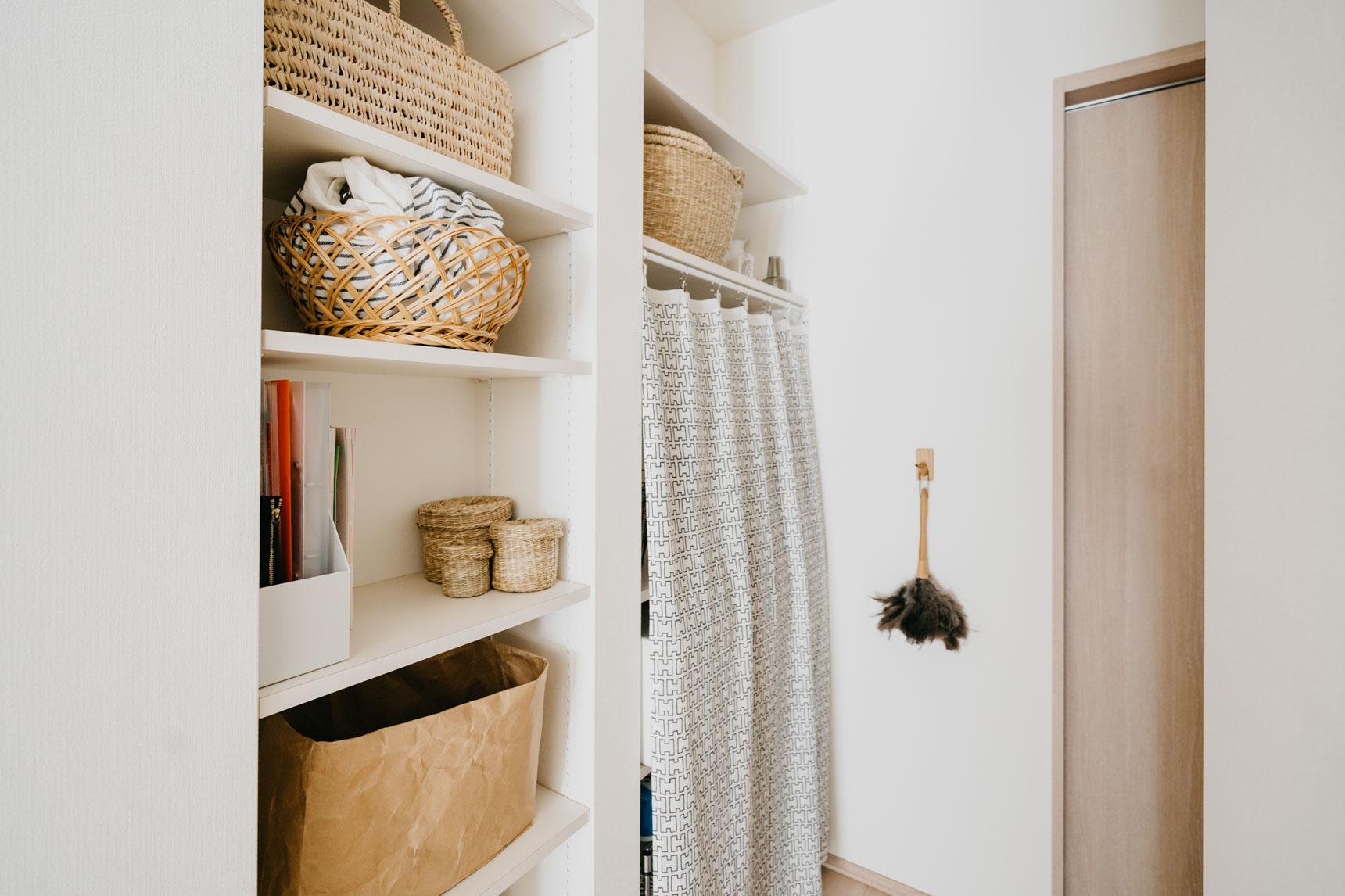 廊下の収納棚は、タオルや食材などのストックを置いておく場所。
