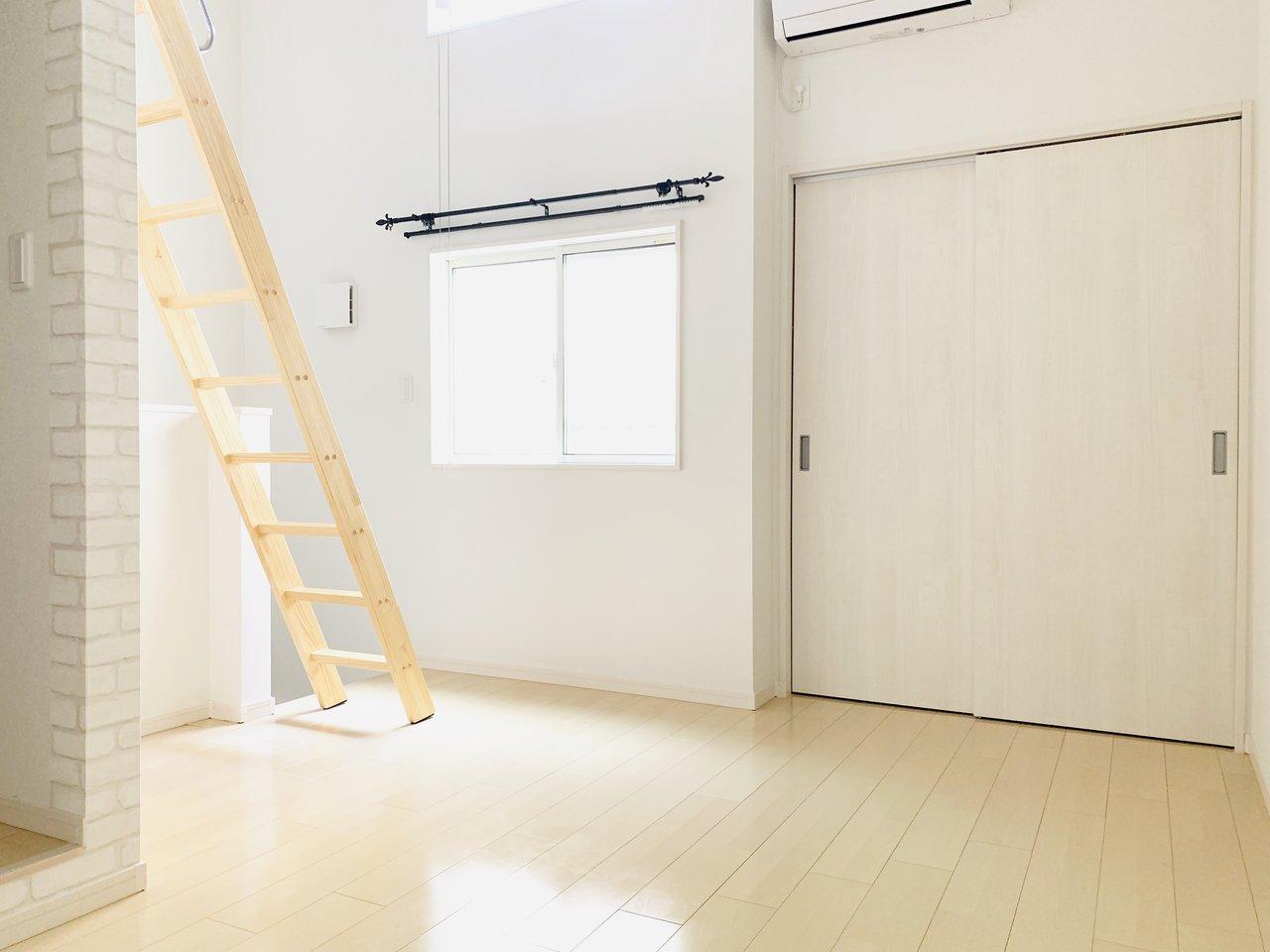 ひとり暮らしであれば、8.9畳あるリビングだけでも十分なのに、ロフト付きのこちらのお部屋。ロフトへのはしごも木製で、温かみがあるところがいい感じ。