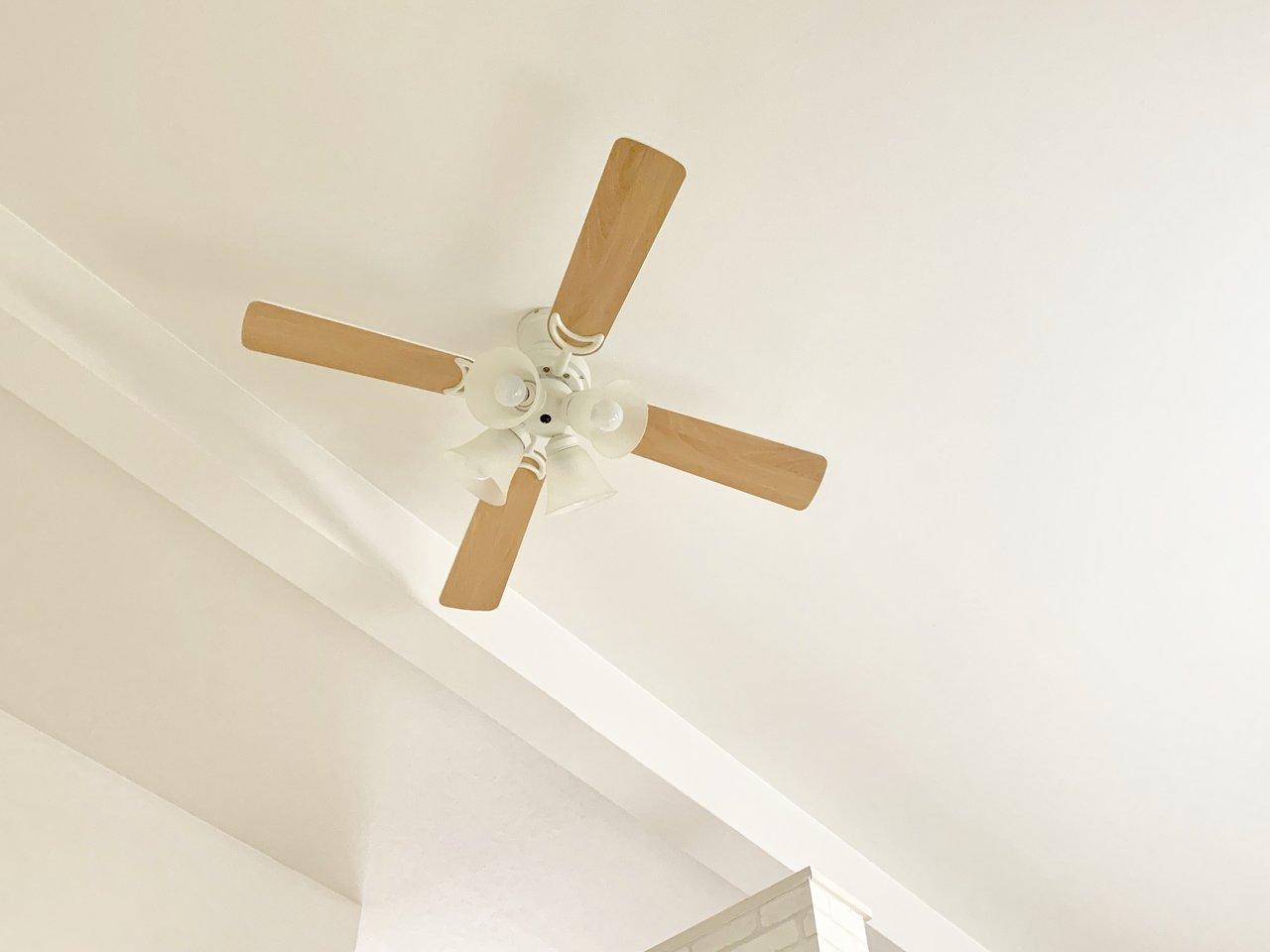 しかも、お部屋の天井にはおしゃれなシーリングファンも!「ロフトは夏場は暑い」というイメージを払拭してくれるような、そんな細部に心遣いのつまったお部屋です。