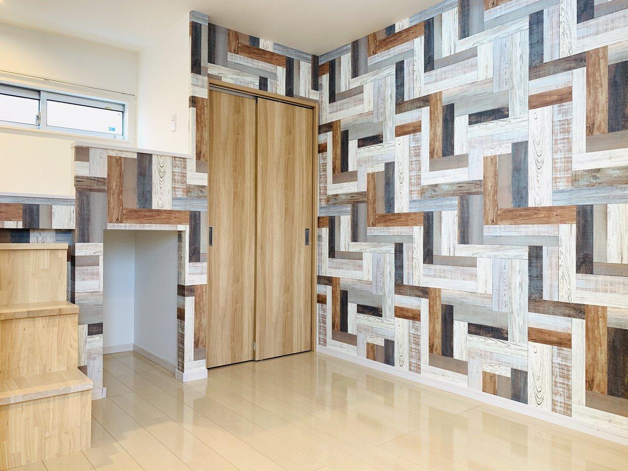 まるで本物の木の板を貼り合わせて作られたかのような、お部屋の印象を左右するダイナミックな壁紙が特徴のこちらのお部屋。人とちょっぴり差をつけたいお部屋を探している方にぴったり。
