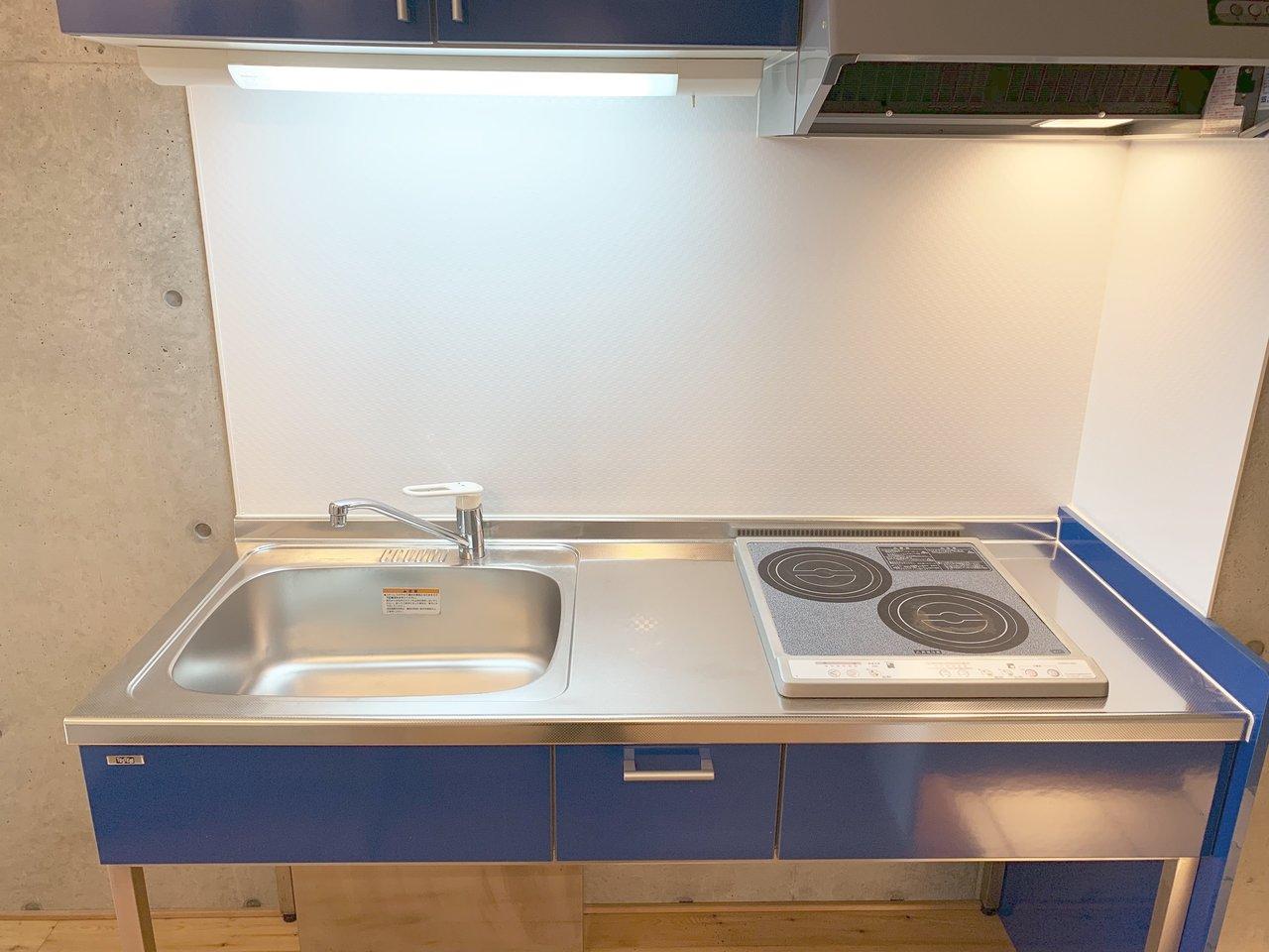 キッチンも、二口IHコンロに、作業スペースあり。ひとり暮らしで料理もちゃんとしたい、という方におすすめです。キッチン下には収納スペースはないので、自分流でアレンジした棚を置いてもいいですね。