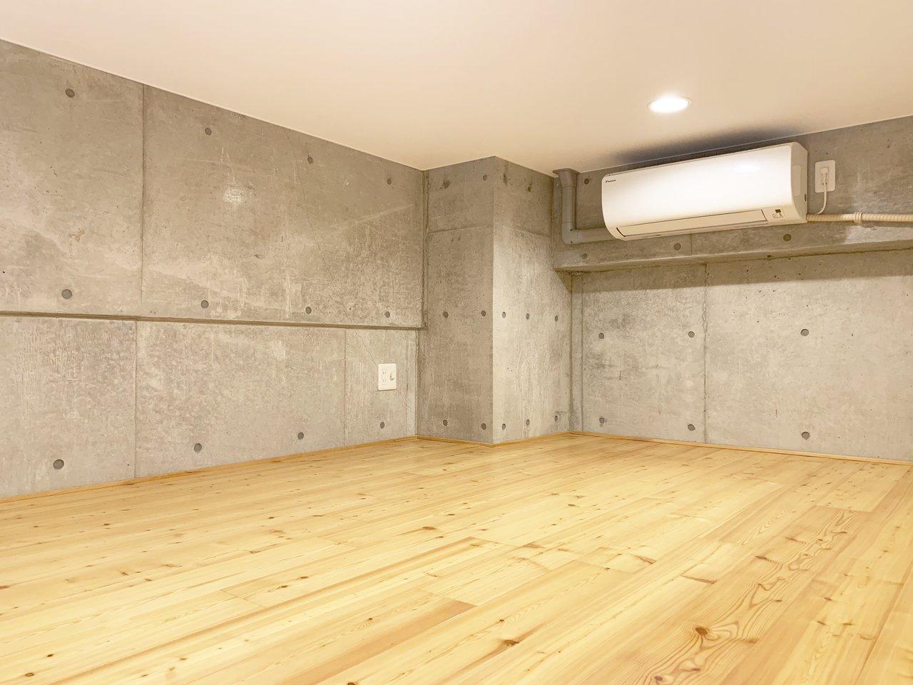 ロフト部分はこんな感じ。エアコンもついているので、温度調節は快適にできそう。お部屋全体の床は無垢材を使用しています。壁とのコントラストがいいですね。広さも6畳超え。思ったよりも広く感じます。