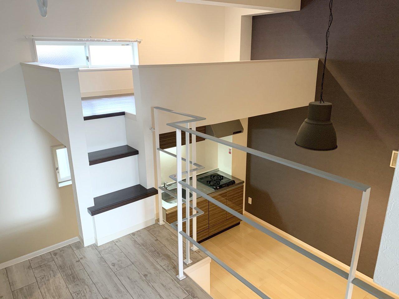 一つの部屋に、3層あるスキップフロア、と呼ばれるタイプのこちらのお部屋。1層目は、リビング&キッチン。2層目はベランダ、3層目にロフト、という造りになっています。ロフト部分はリビングからはほとんど死角になって見えないので、寝室として活用しましょう。