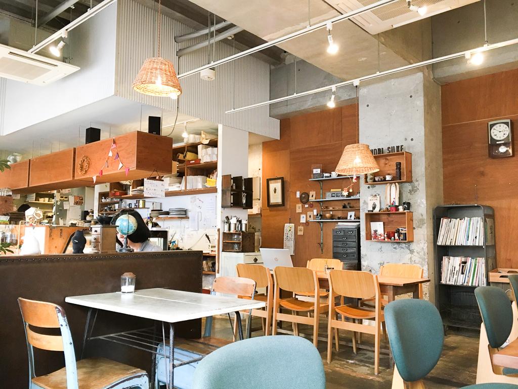 カフェスペースと、雑貨やコーヒーなどの販売スペースのある「カフェモリスケ」。