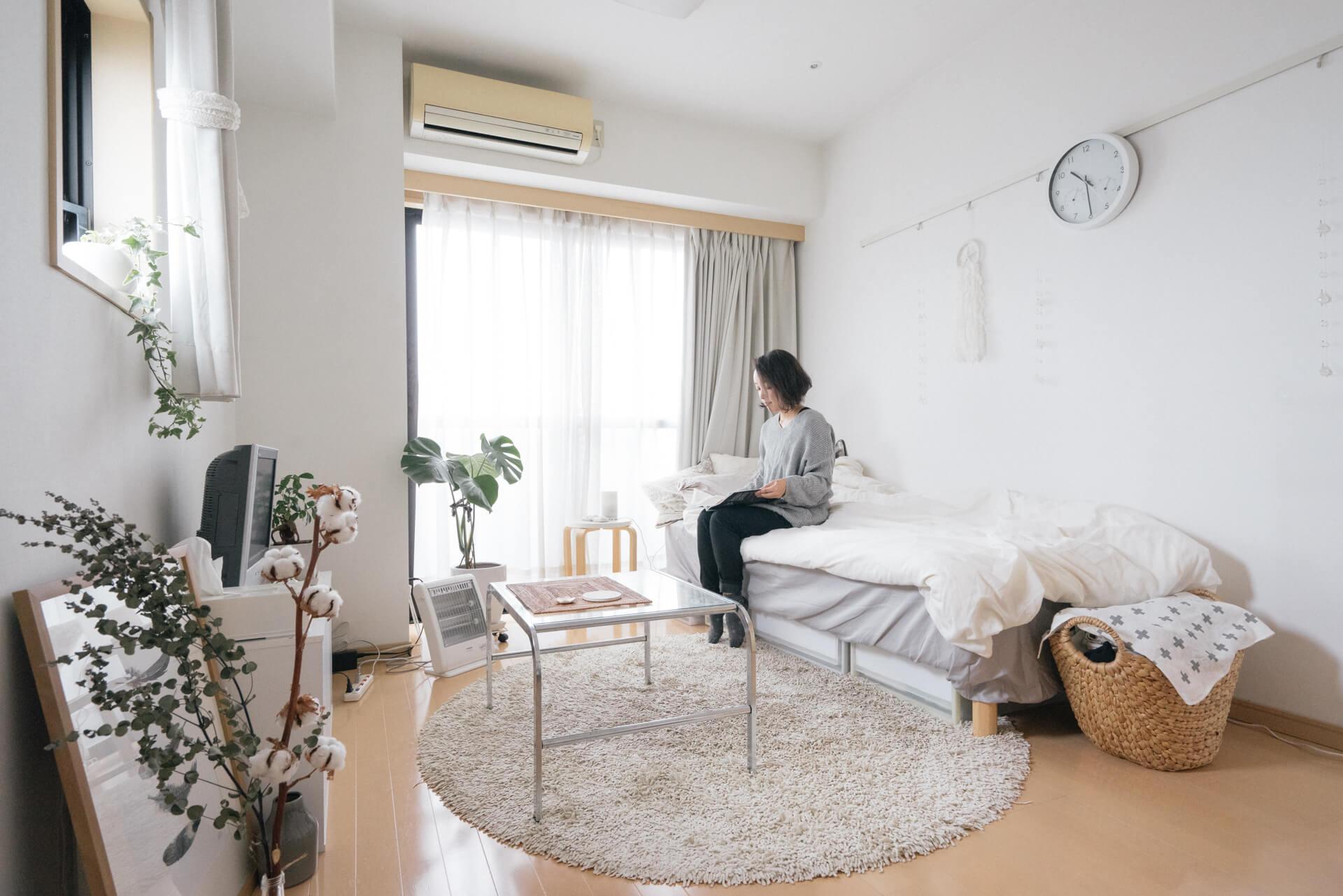 フローリングはライトブラウンのお部屋なのですが、家具や寝具の多くの部分に「ホワイト」を取り入れることで、配分的にベースがホワイト、アソートがライトブラウンになっています。
