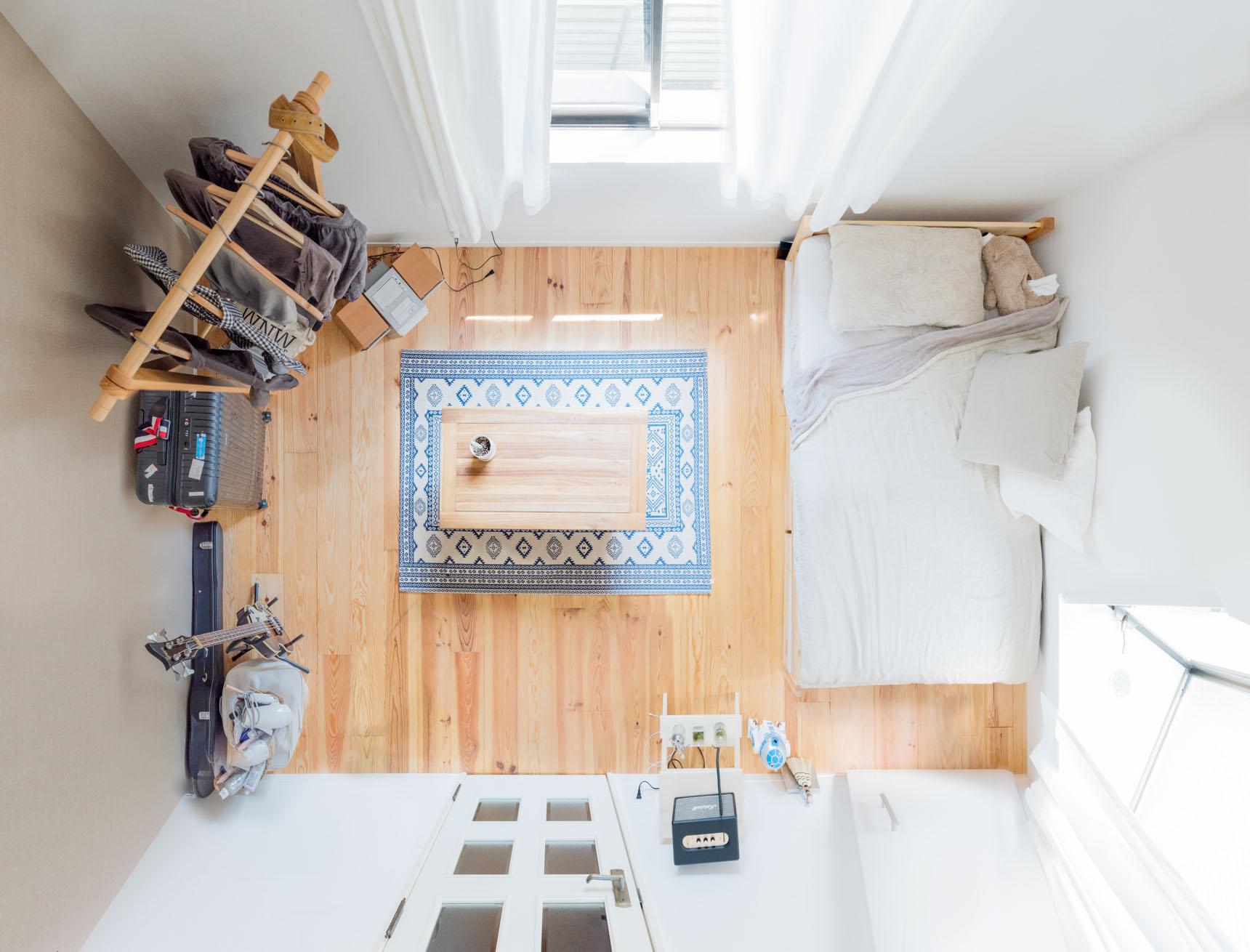 アクセントクロスと、寝具の色は淡いベージュグレー。カーペットにトーンが似通ったブルーも足されていますね。