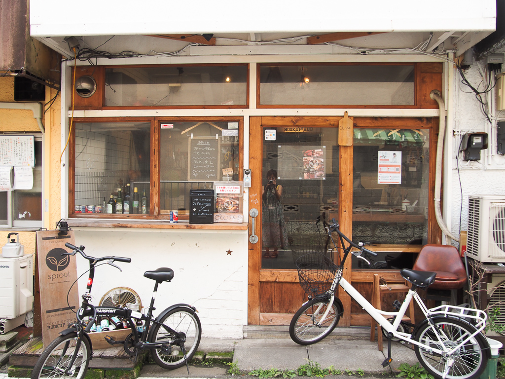 路地裏に2017年にできたカフェバー「sprout zoshigaya」