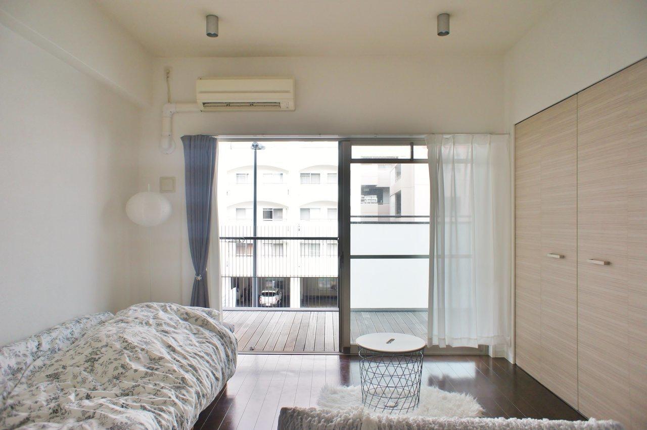 まず初めにご紹介するのは、六甲道駅から徒歩6分のところにあるお部屋。リビングは7.2畳あり、一人暮らしをするには十分な広さ。部屋の形もシンプルで、ベッド・ソファどちらも両立できそうです。
