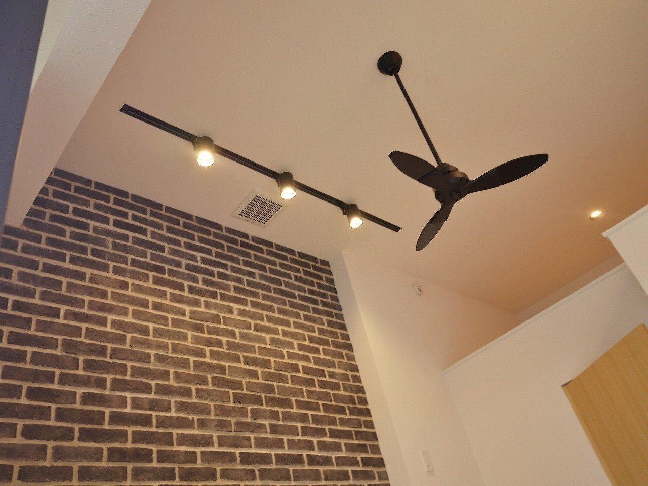 ロフトがあるため、天井が高めなのも特徴です。レンガの壁を照らすあたたかいオレンジのライトがいいですね。シーリングファンがついている物件なんてそうそうないですよ!
