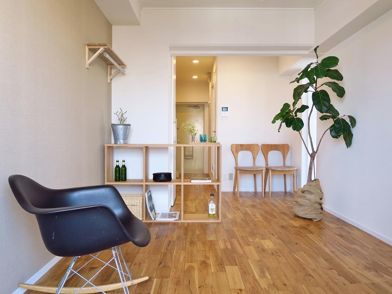 こちらは六甲駅から徒歩7分。goodroomのオリジナルリノベーション「TOMOS」仕様でおしゃれに生まれ変わったお部屋です。ナチュラルな無垢材を使った床は、肌触りがいいので一度住んだらやめられなくなりそう……。(※家具はイメージです)