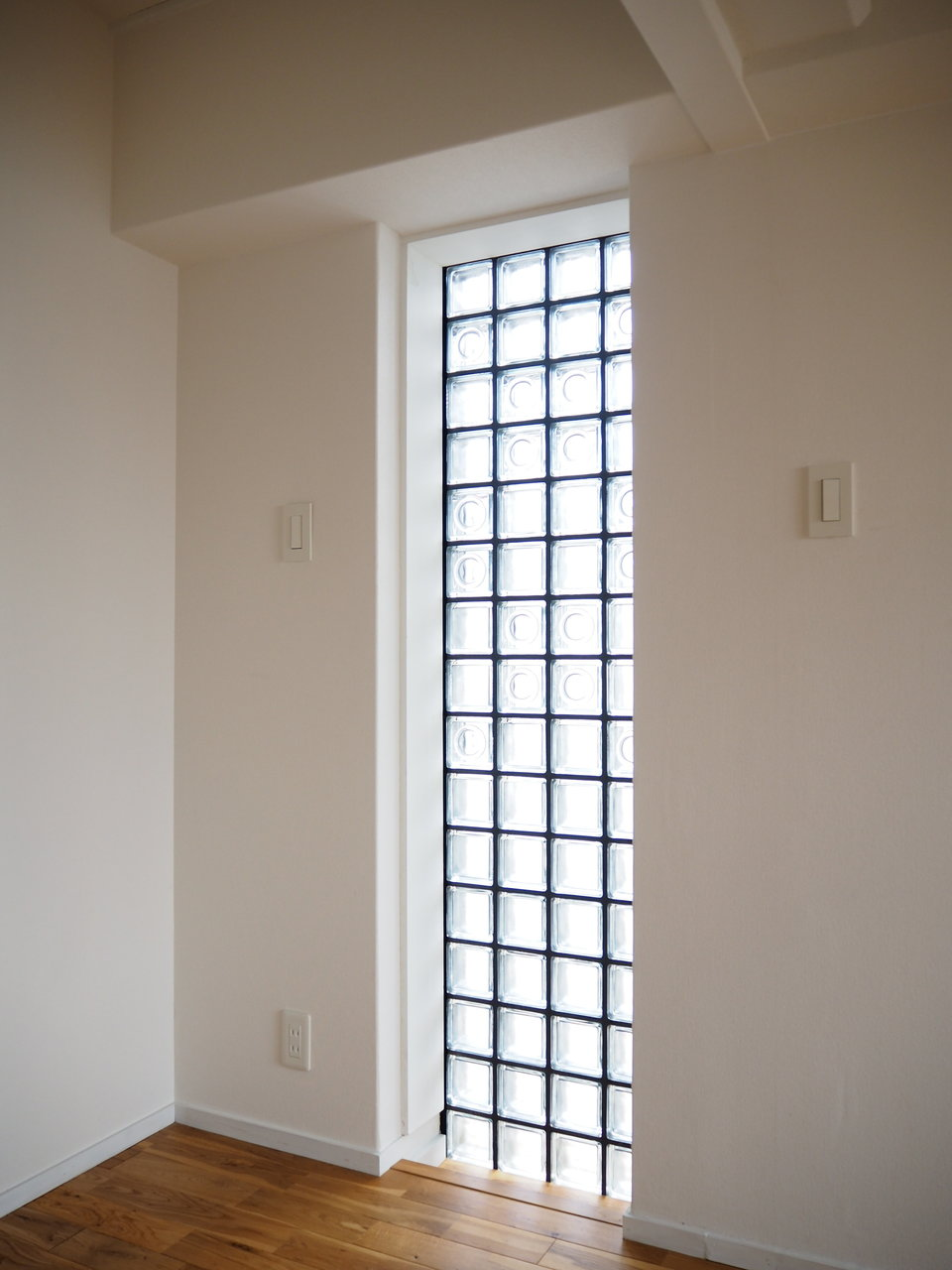 角部屋なので、2面採光で明るいです。キューブガラスのデザインはレトロな雰囲気もありながら、なんだか新しい感じもします。ナチュラルなテイストが好きな方にはぴったり。