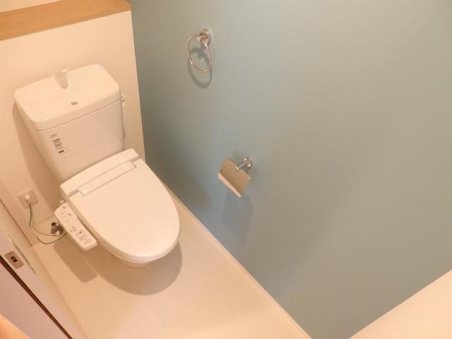 全体的にキッチンなどと合わせて青をアクセントカラーにして整えられています。トイレの壁紙も薄いブルーのものを使っていて、おしゃれですね。
