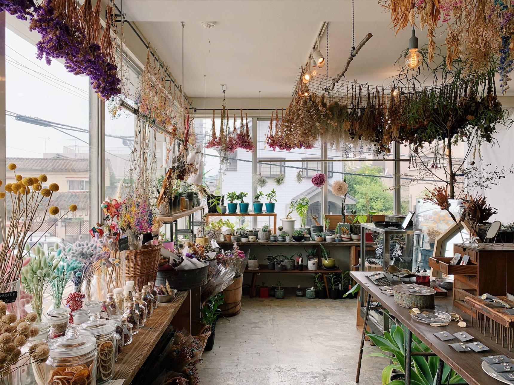 「ニカイノハナヤ」は、とってもおしゃれな雰囲気の花屋さん。