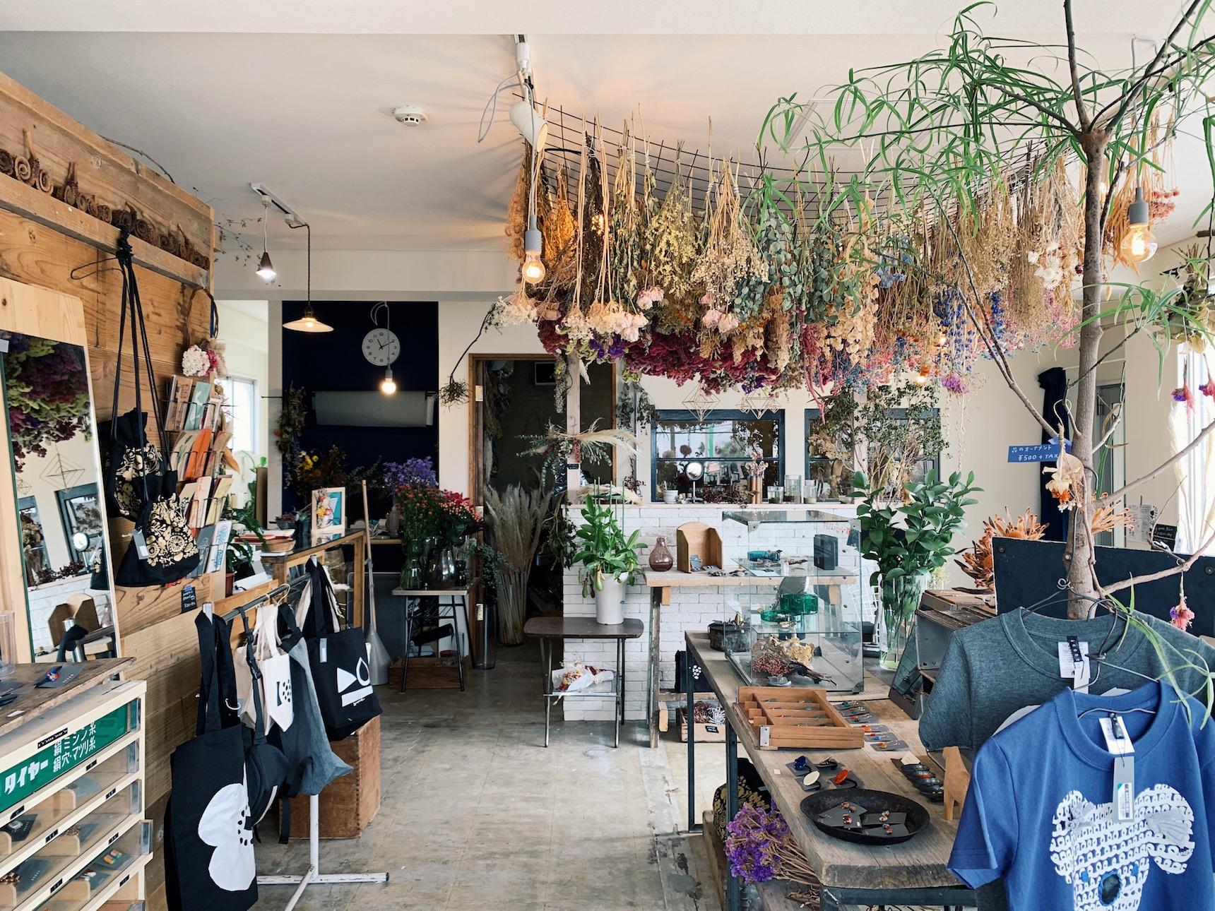 お花だけでなく、おしゃれな雑貨、衣料品も扱います。行きつけのお店にしたい。