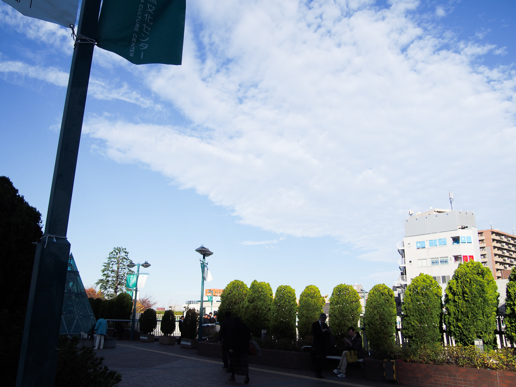 駅北口の様子。高い建物がなく、空が広くて気持ちがよかったです。