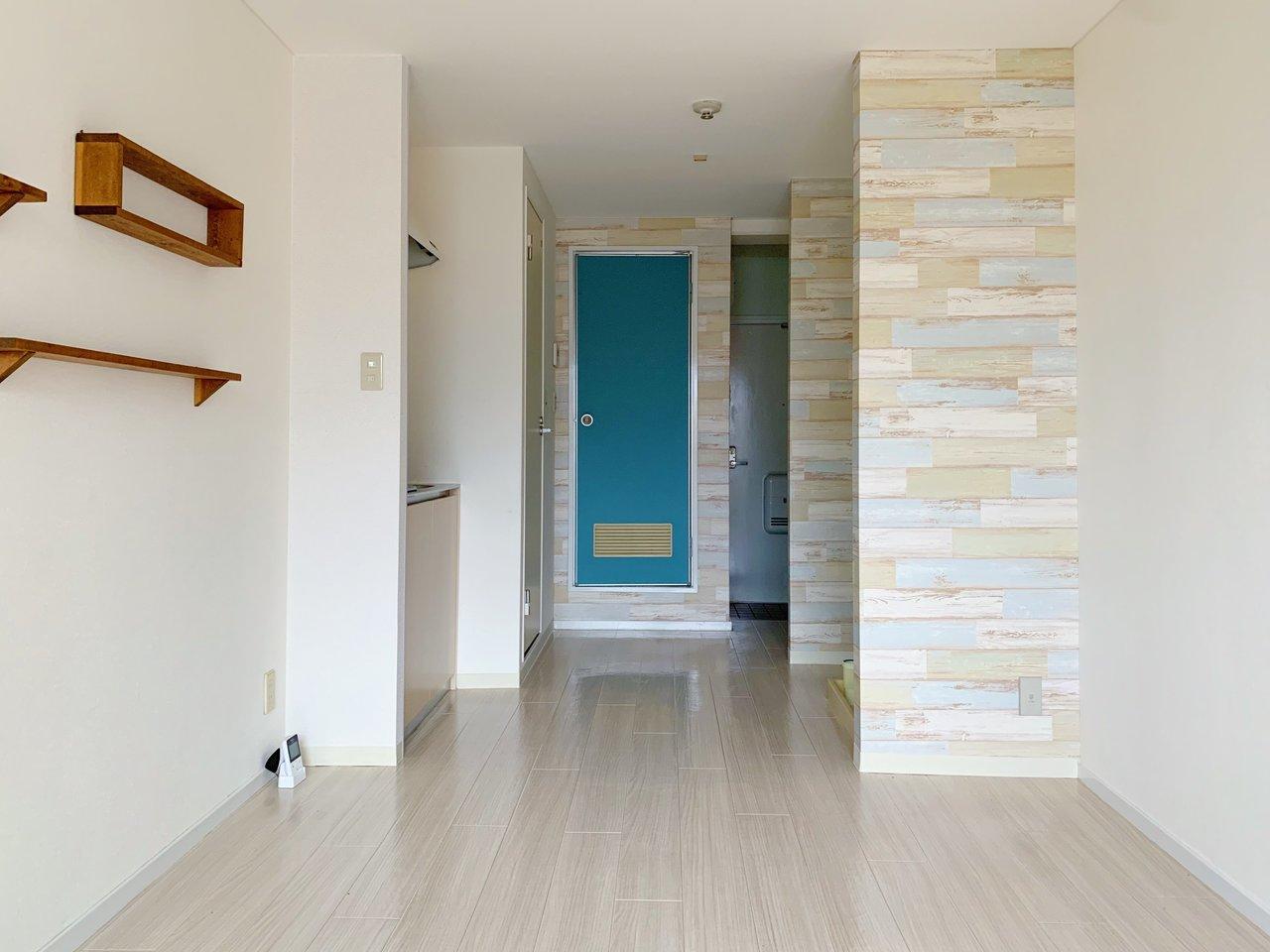 レンガ調クロスや、ビタミンカラーのドアなど、小さいけれどポップで明るい雰囲気のお部屋です。