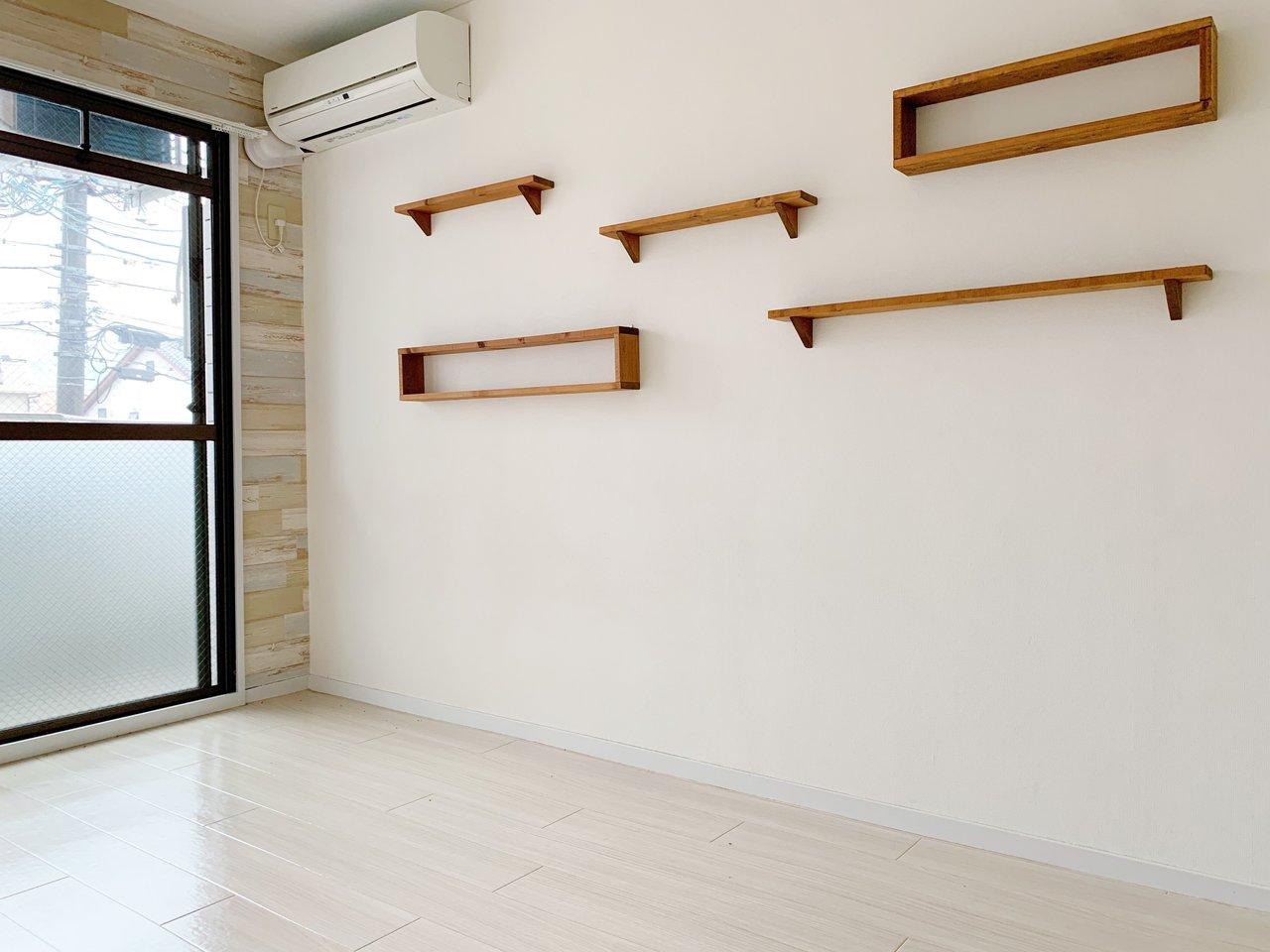 壁に可愛い飾り棚つきのワンルーム!好きなものが飾れるお部屋は嬉しいですね