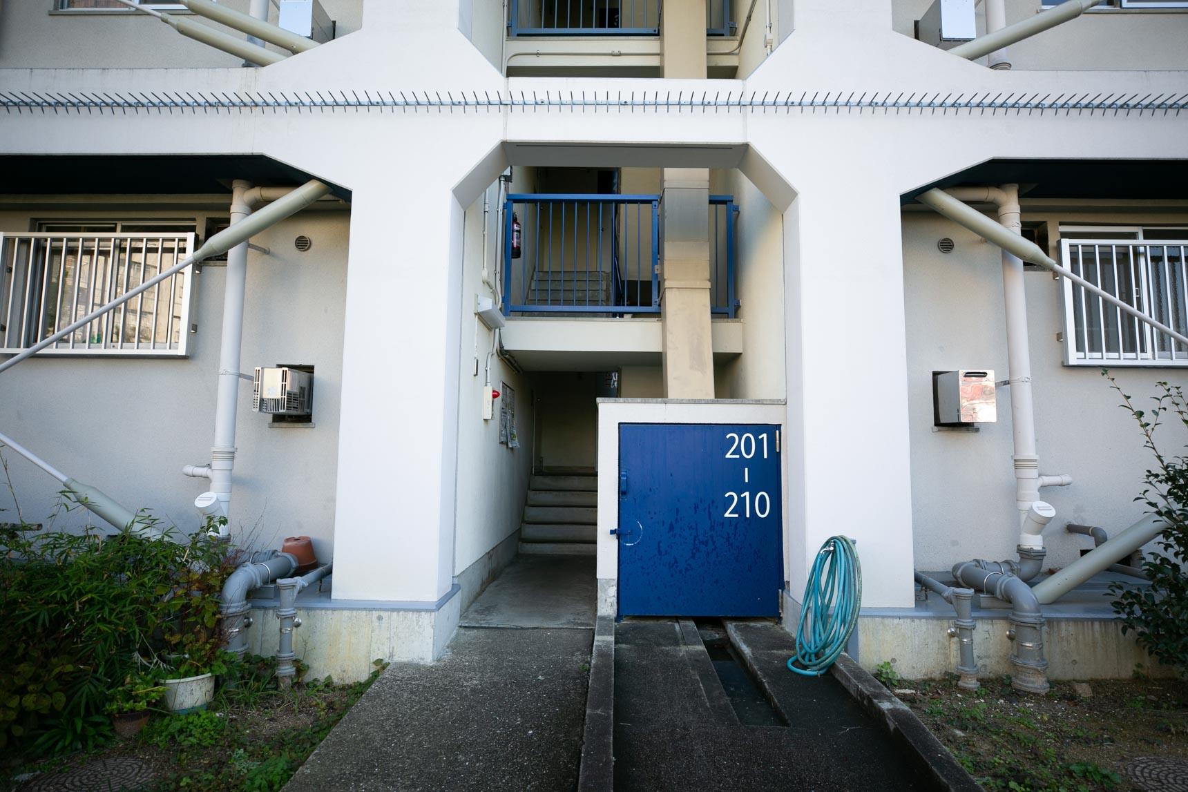 住棟は、階段室をはさんで2部屋が向かい合うタイプ。