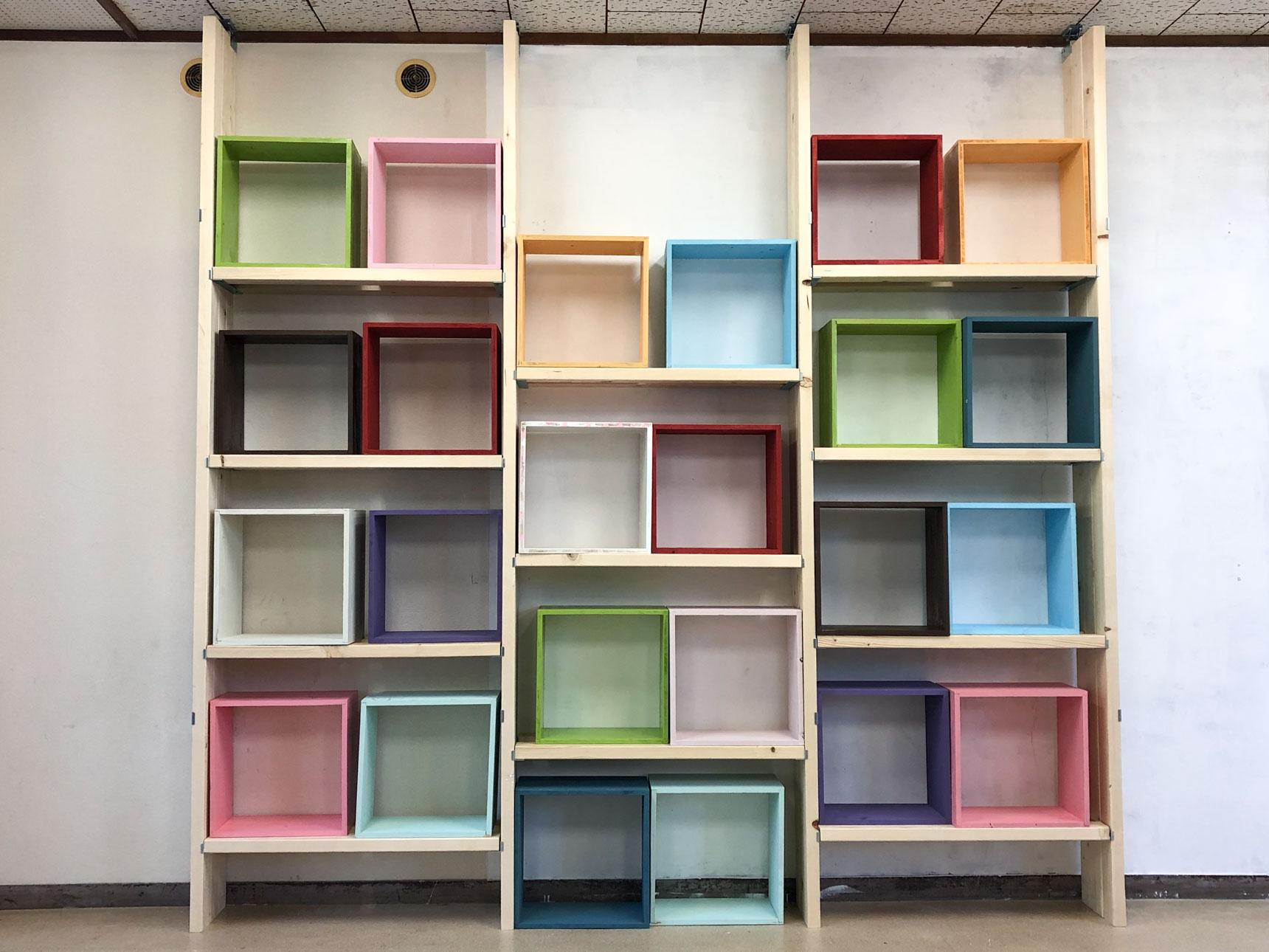 「茶山台としょかん」の本棚もアジャスターを使用して、後日こんな風に完成しました!「家でもこんなことができるんだな」と参考にしてもらえたら、とのこと。