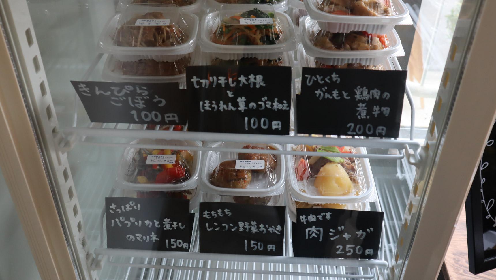 たくさんの季節のお野菜を使ってその場でつくられた、美味しそうなお惣菜が並びます。