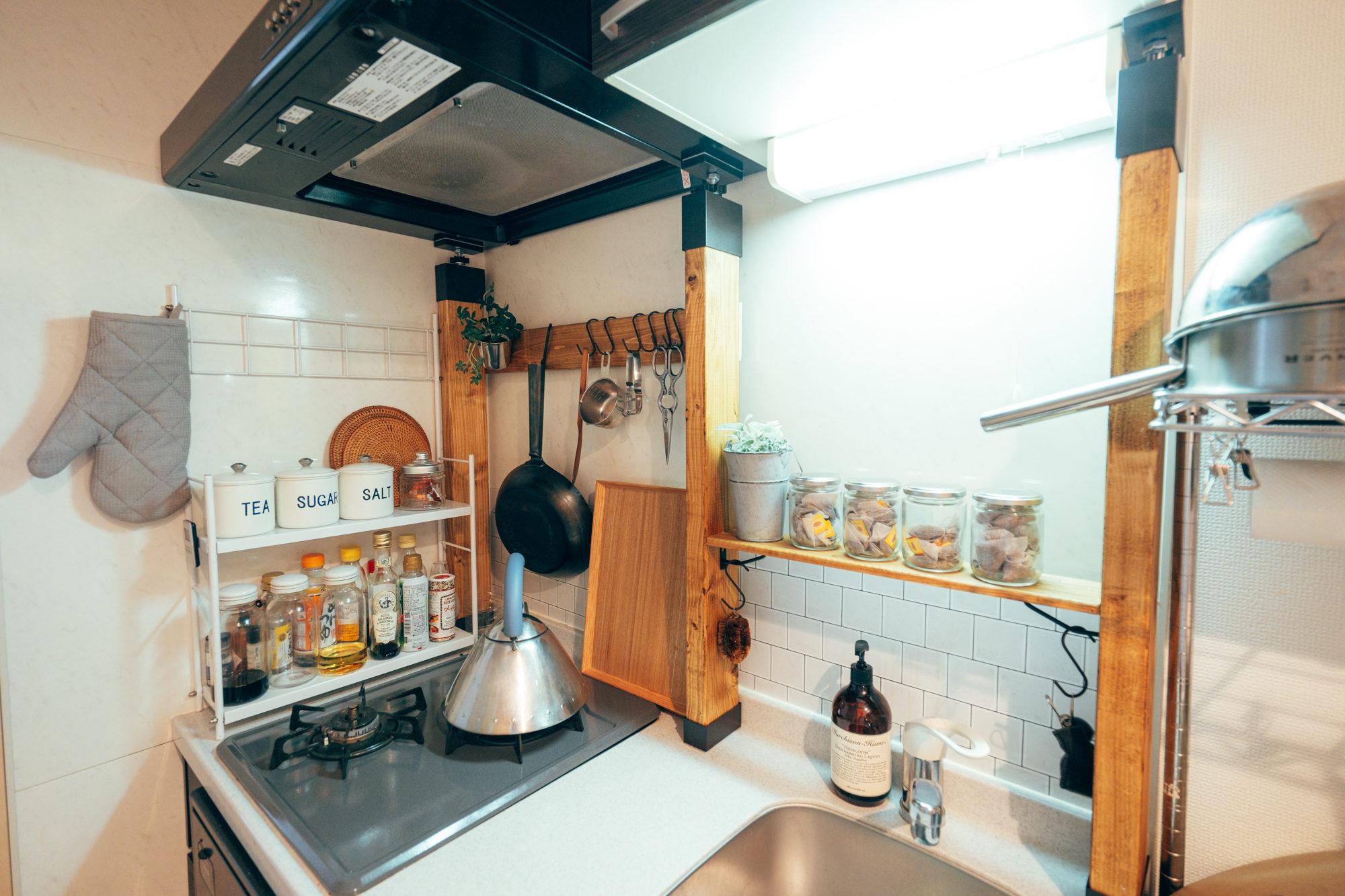 一人暮らしのキッチンでも、収納を増やすことで作業スペースも広くなりますね(このお部屋はこちら)