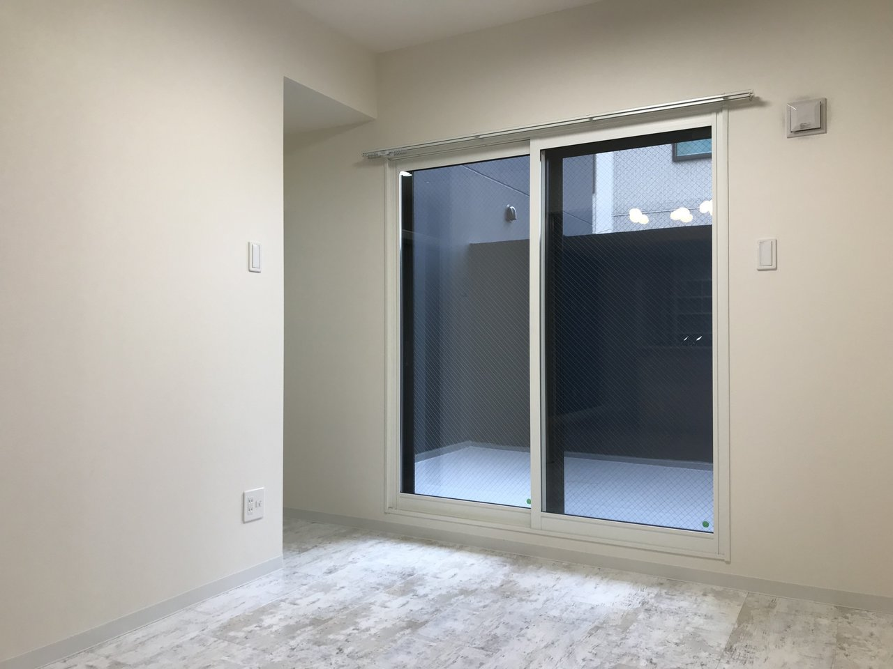 テラスへ出られるこの部屋は、寝室にしましょうか。シンプルな造りですが、大容量でしかも棚付きのウォークインクローゼットがあるので、荷物を表に出さずに暮らせますよ。