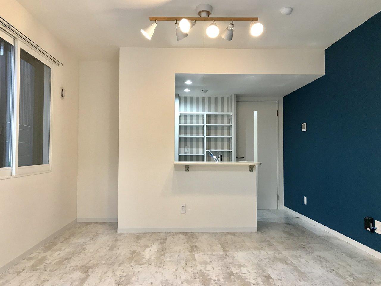 鮮やかなブルーのアクセントクロスに、キッチン裏のストライプのクロス。両方のバランスが良く、一気にお部屋のイメージを明るくしてくれる1LDKのこちらのお部屋。カウンターテーブル付きのキッチンは、物もいろいろ置けて便利そう。