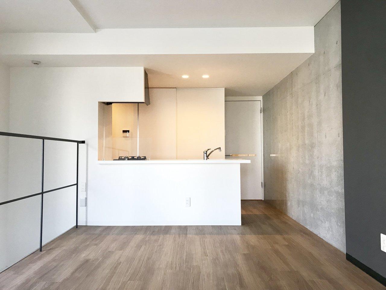 2LDK・メゾネットタイプのお部屋をみつけました。2階にあるこのキッチンが主役級。2口ガスコンロのシステムキッチンなので、使い勝手もよさそうです。