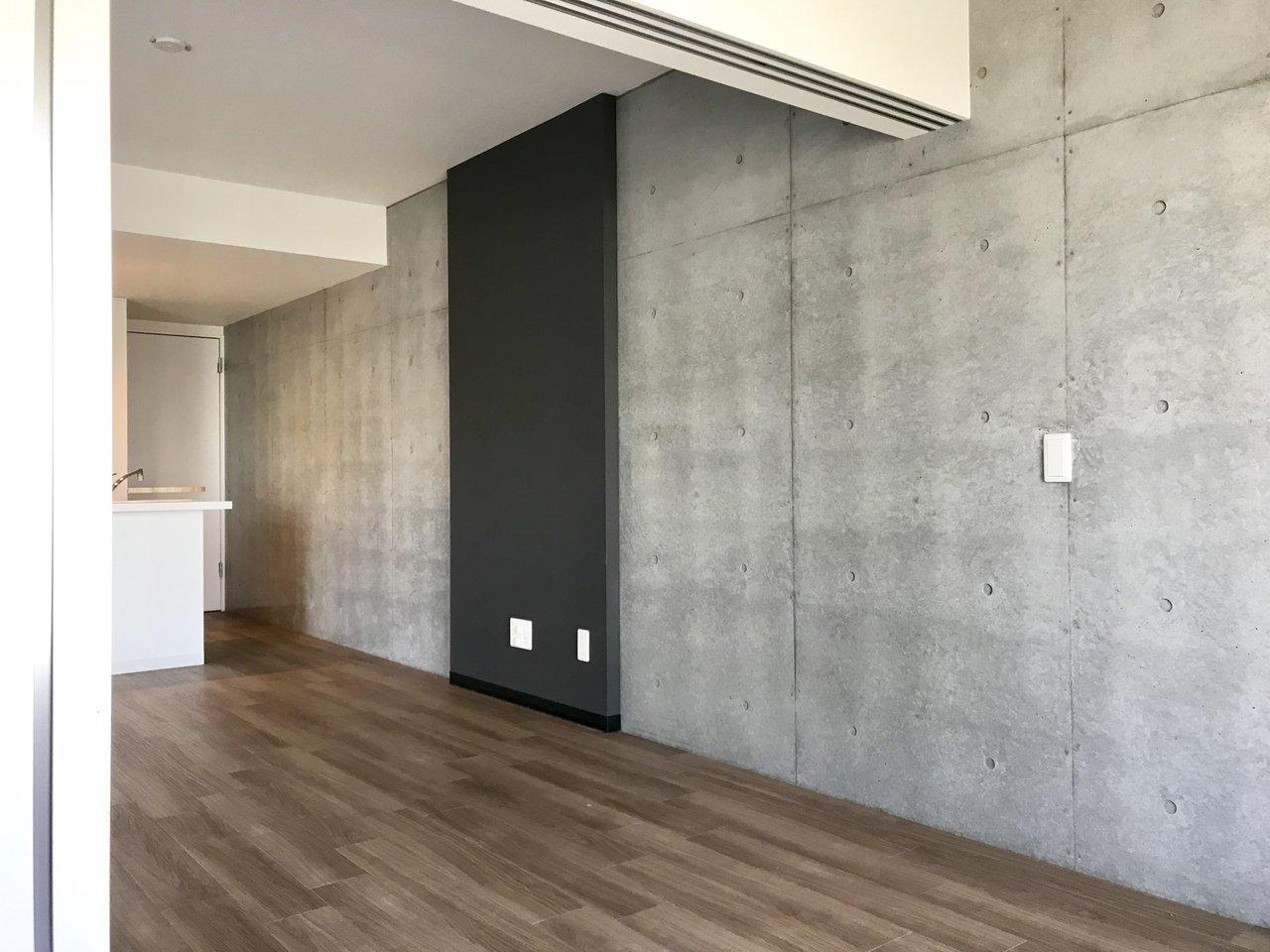 スタイリッシュな壁紙と、木目フローリングの温かみがいい感じにマッチしていますね。2階のこの部分だけで11.4畳あります。置きたいインテリアは十分設置可能でしょう。