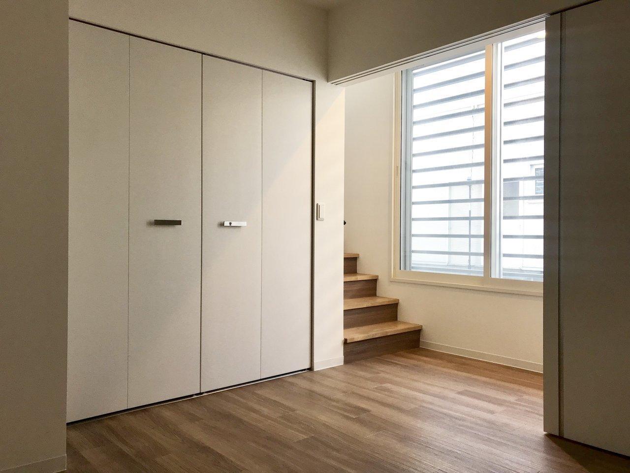 階段を降りれば、そこにはもう1部屋。少し暗めですが、寝室にすることを考えればそんなに気になりませんよ。クローゼットもかなり大きいです。
