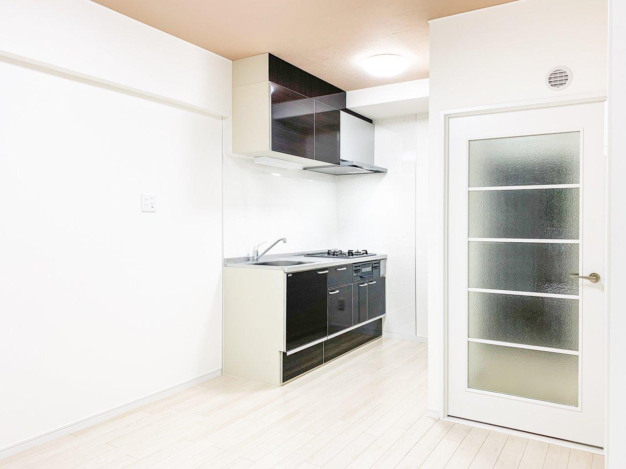 キッチンも3口コンロのシステムキッチンを完備。家族が多いおうちでも、手際よく料理が作れそうです。ほかにもウォシュレットがついていたり、新品の独立洗面台があったり……。それで10万円をきる賃料。なかなかないですよ~!