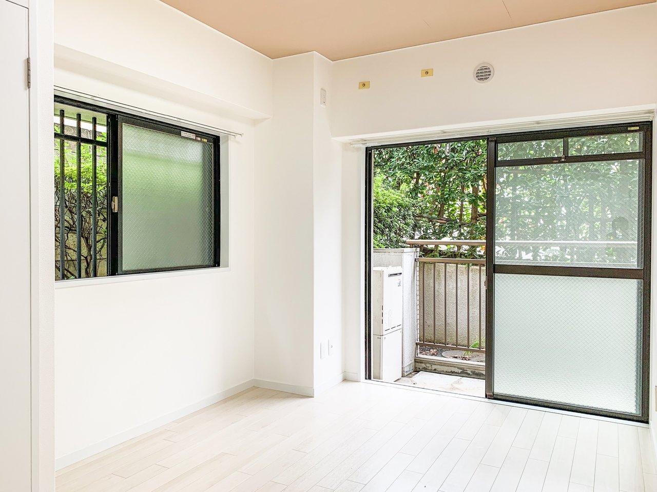 バルコニーに面した2つの部屋は、どちらも窓を開ければ緑がいっぱい。気持ちよく過ごせそう。