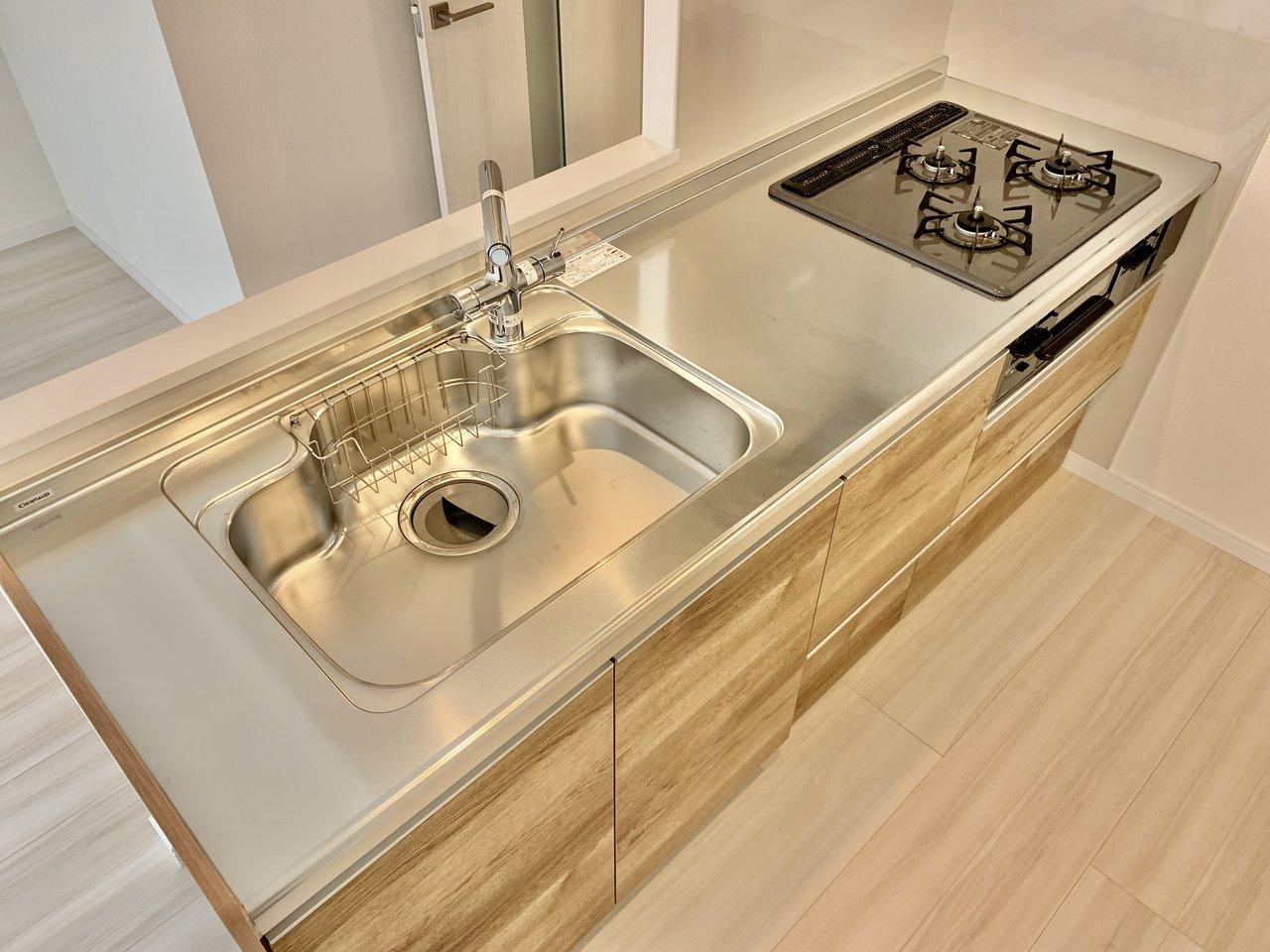 さらにうれしいのが、このキッチン。木目調のシステムキッチンは、部屋全体のデザインを損なわないため、おしゃれに暮らしたいママにはうれしいですね。もちろん、3口コンロの広々シンク付きです!