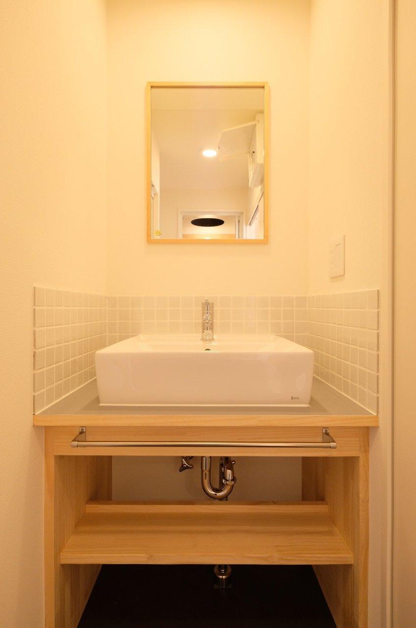 TOMOSデザインのおしゃれな独立洗面台もポイントです。壁周りのタイルがまたかわいいんですよ。(※写真は似た間取りの別部屋です)