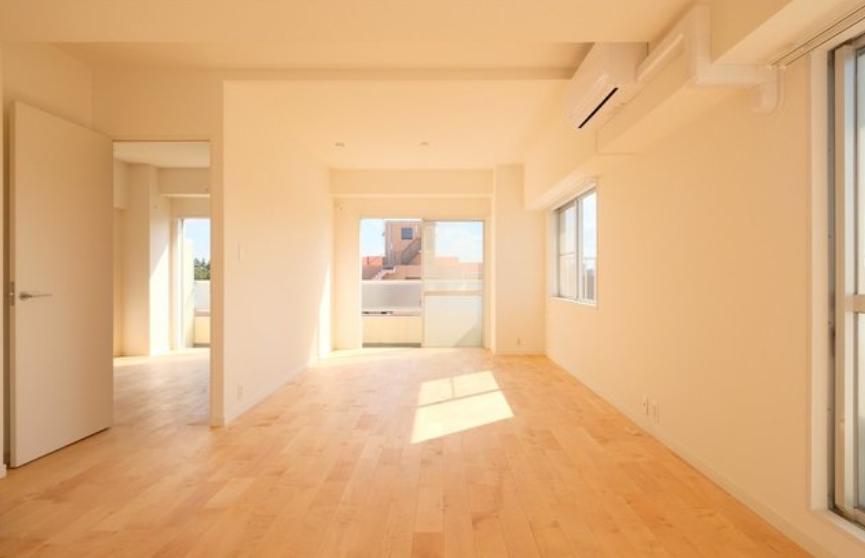 こちらは2020年1月下旬完成予定のお部屋です。goodroomのオリジナルリノベーション「TOMOS」を経て、現在生まれ変わりの真っ最中。パーチを使用した無垢床のリビングで気持ちよく過ごせるお部屋です。(※写真は似た間取りの別部屋です)
