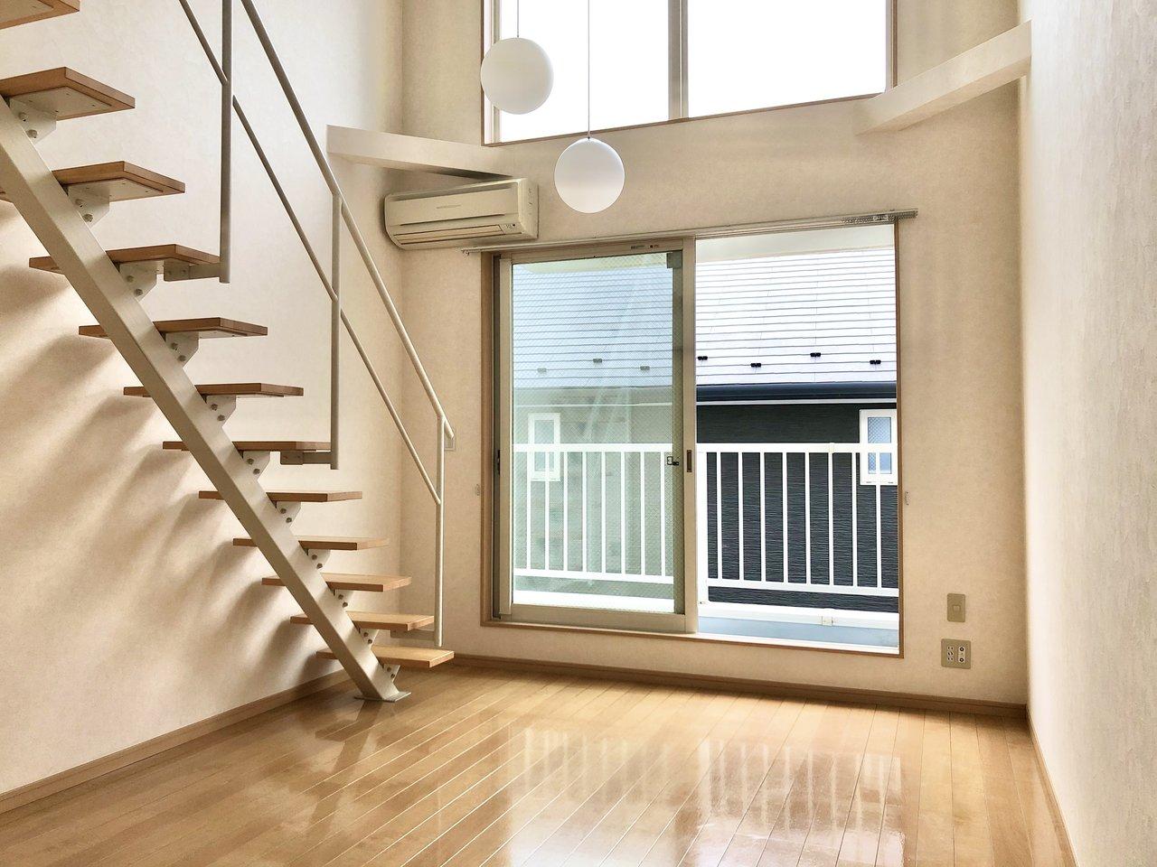 続いては、小田急線喜多見駅から徒歩9分のところにある、こちらのお部屋。3階建てのテラスハウスで室内に階段があるため、天井が高く感じられる開放感のあるお部屋です。