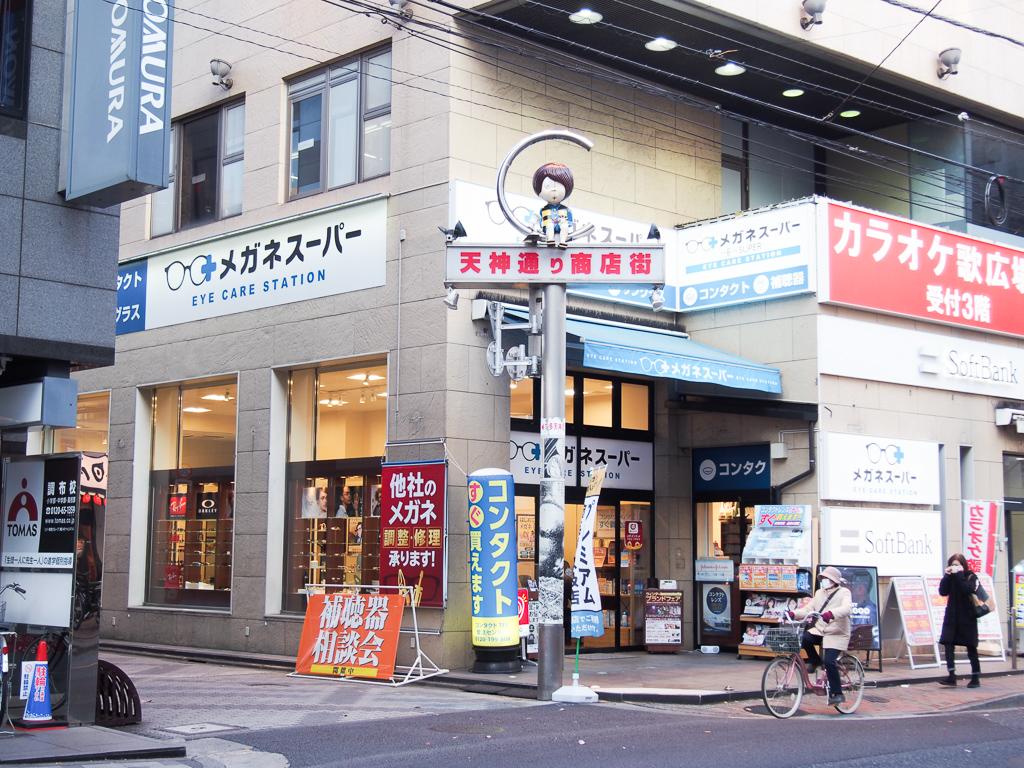 中でも興味深いのが、アニメ「ゲゲゲの鬼太郎」のオブジェがあちこちに置かれている、天神通り商店街。調布駅から北に向かい、甲州街道という大きな通りに出るまでの間に、この商店街はあります。