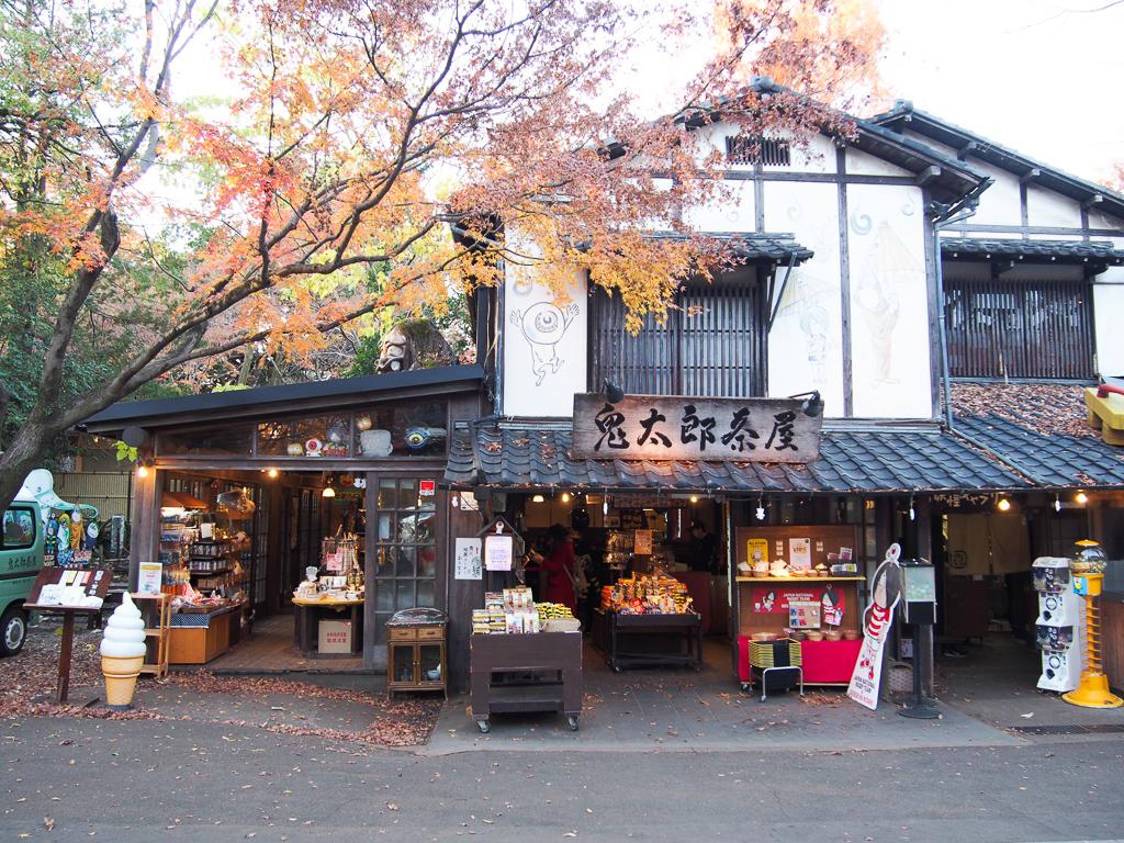 一番人気はやっぱり「鬼太郎茶屋」。屋根の上にいる、怖い妖怪見えますか…?