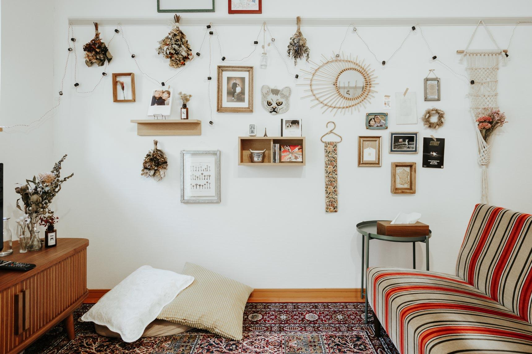 「ダイニングに座ってご飯を食べているときに目に入ってくるように」と飾られている壁。特にルールは設けず、様々な場所で手に入れた、2人の「好きなもの」が集まっているそう。