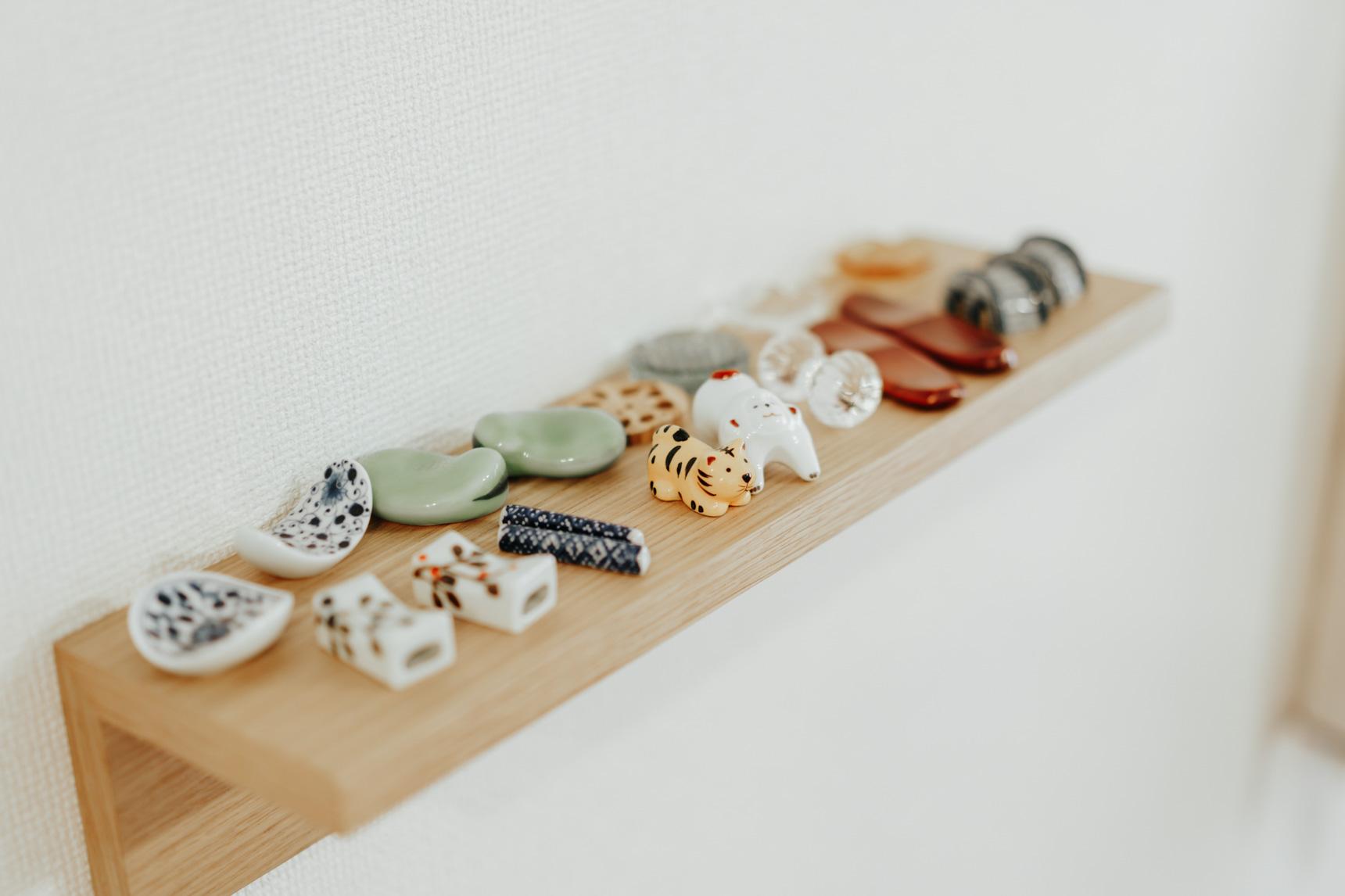 少しずつ集まってきた箸置きも、同じく無印良品の壁につけられる棚の上に並びます。トラとサルはお互いの干支のもの。
