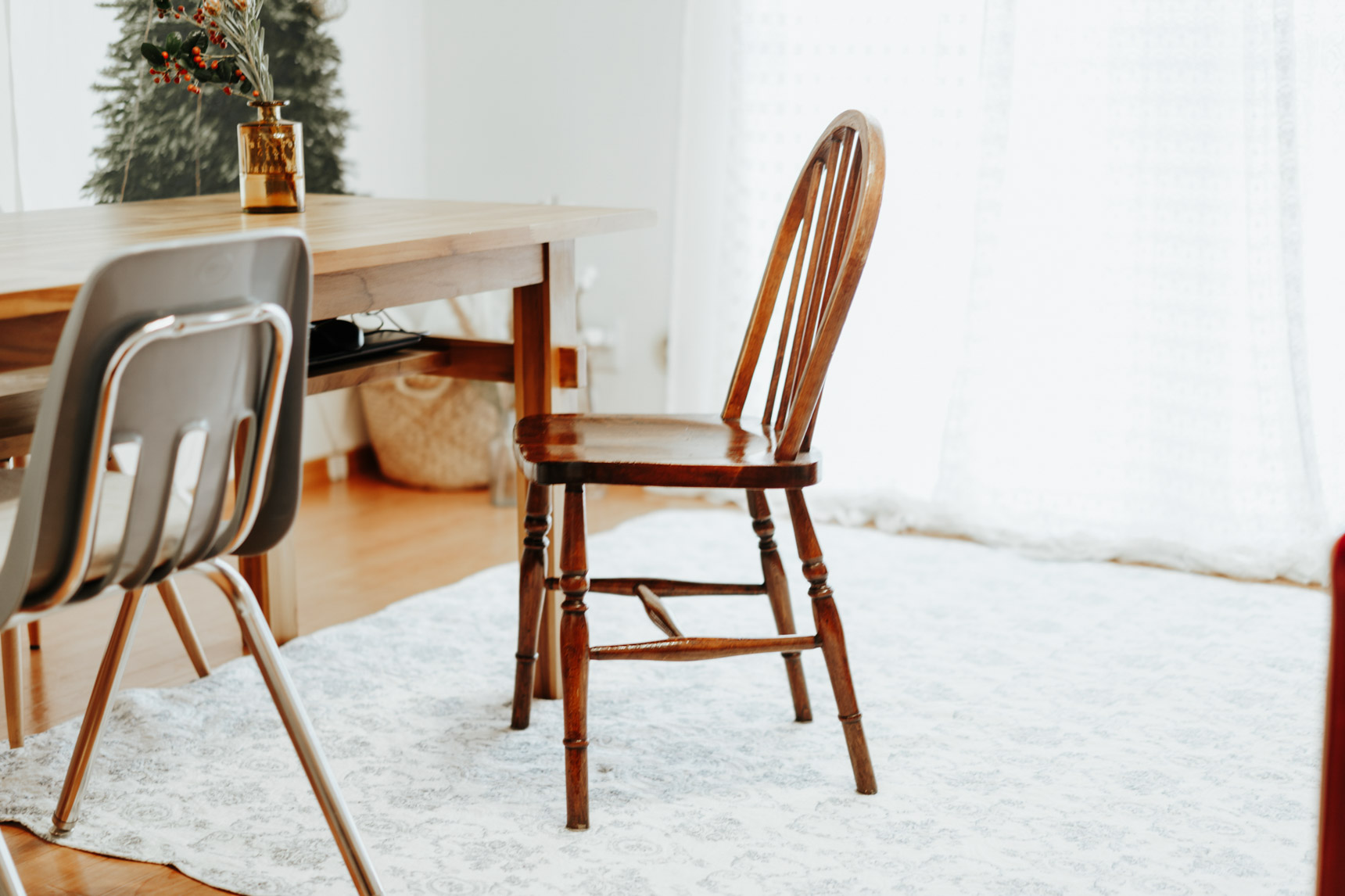 ダイニングの椅子は、佐倉市の英国アンティークショップ、マナーハウスで購入したチェア。ティールームも併設されていて、椅子の座り心地や、器を楽しみながらお茶をすることもできるそう。