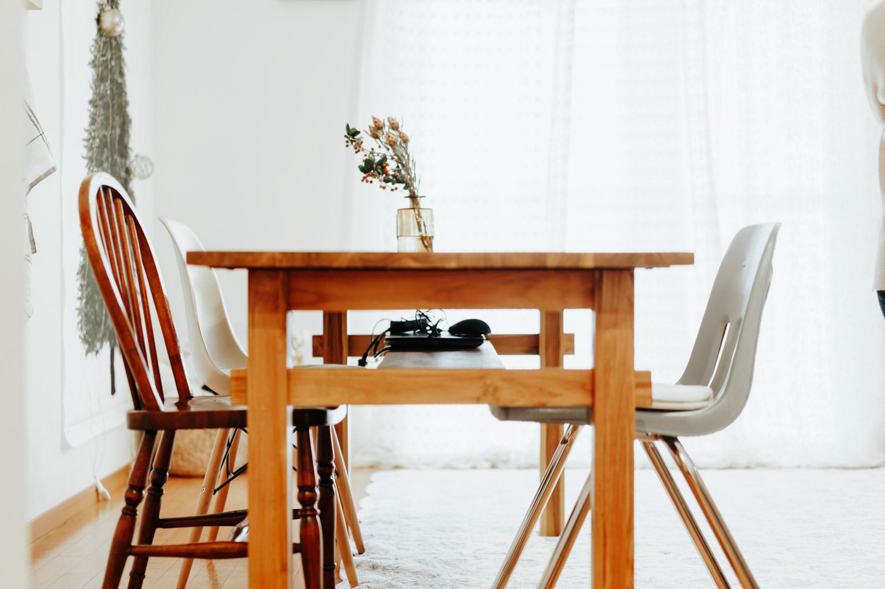 リビングには、木のぬくもりが感じられる家具がたくさん。ダイニングテーブルはunicoで購入。