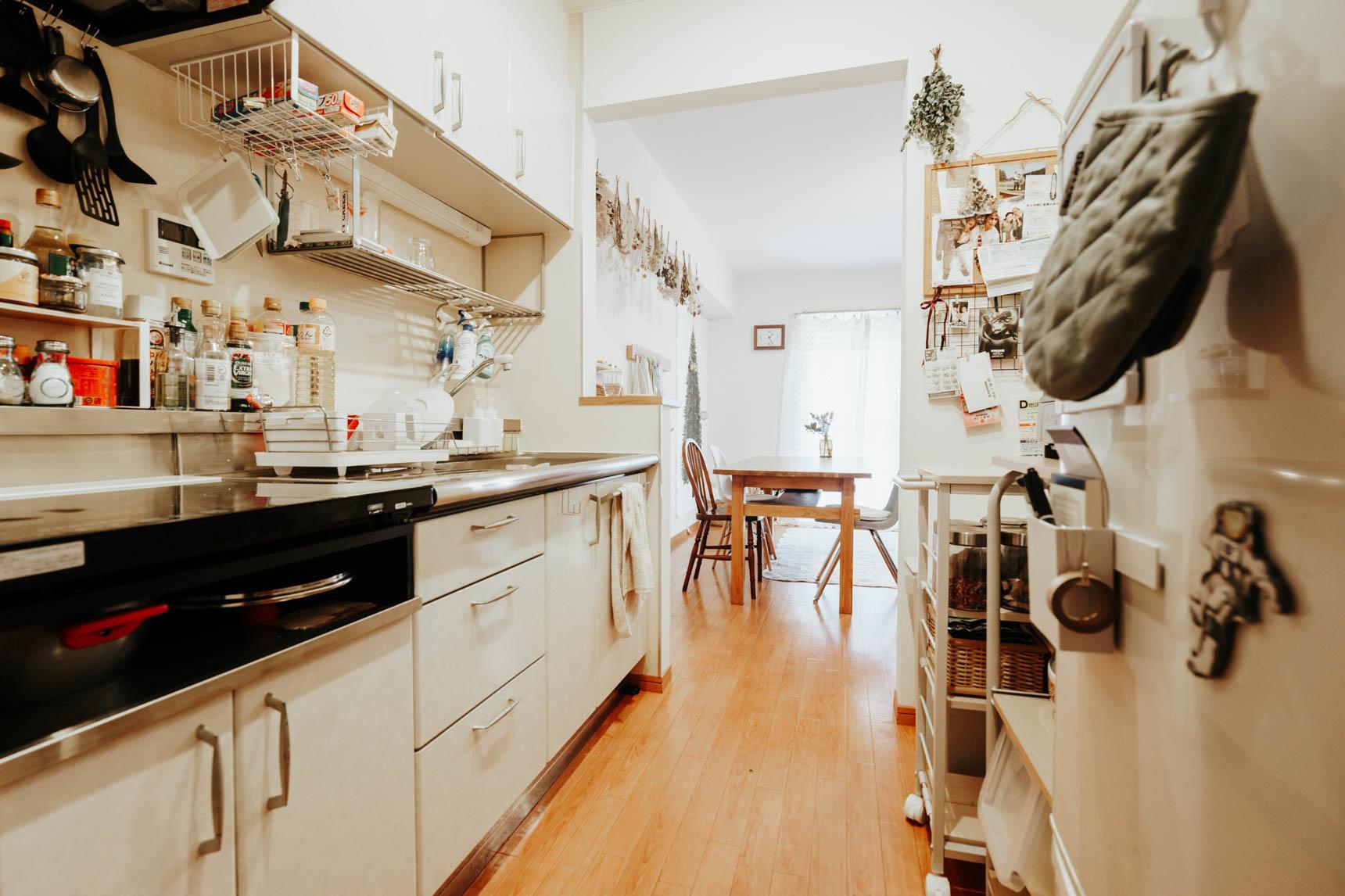 お料理上手のぽしさん。吊るす収納をたくさん活用してキッチンも整頓されています。