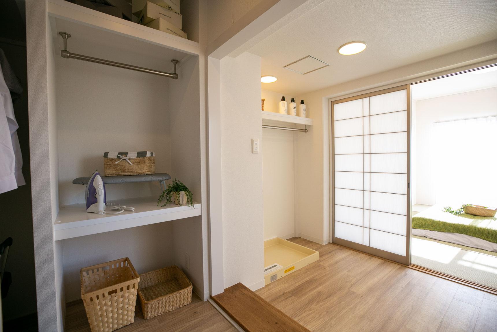和室へと繋がる部分は、洗濯室に。バルコニーのすぐお隣なので、家事動線は良さそう。そのお隣には、アイロンをかけることができそうなスペースもあります。