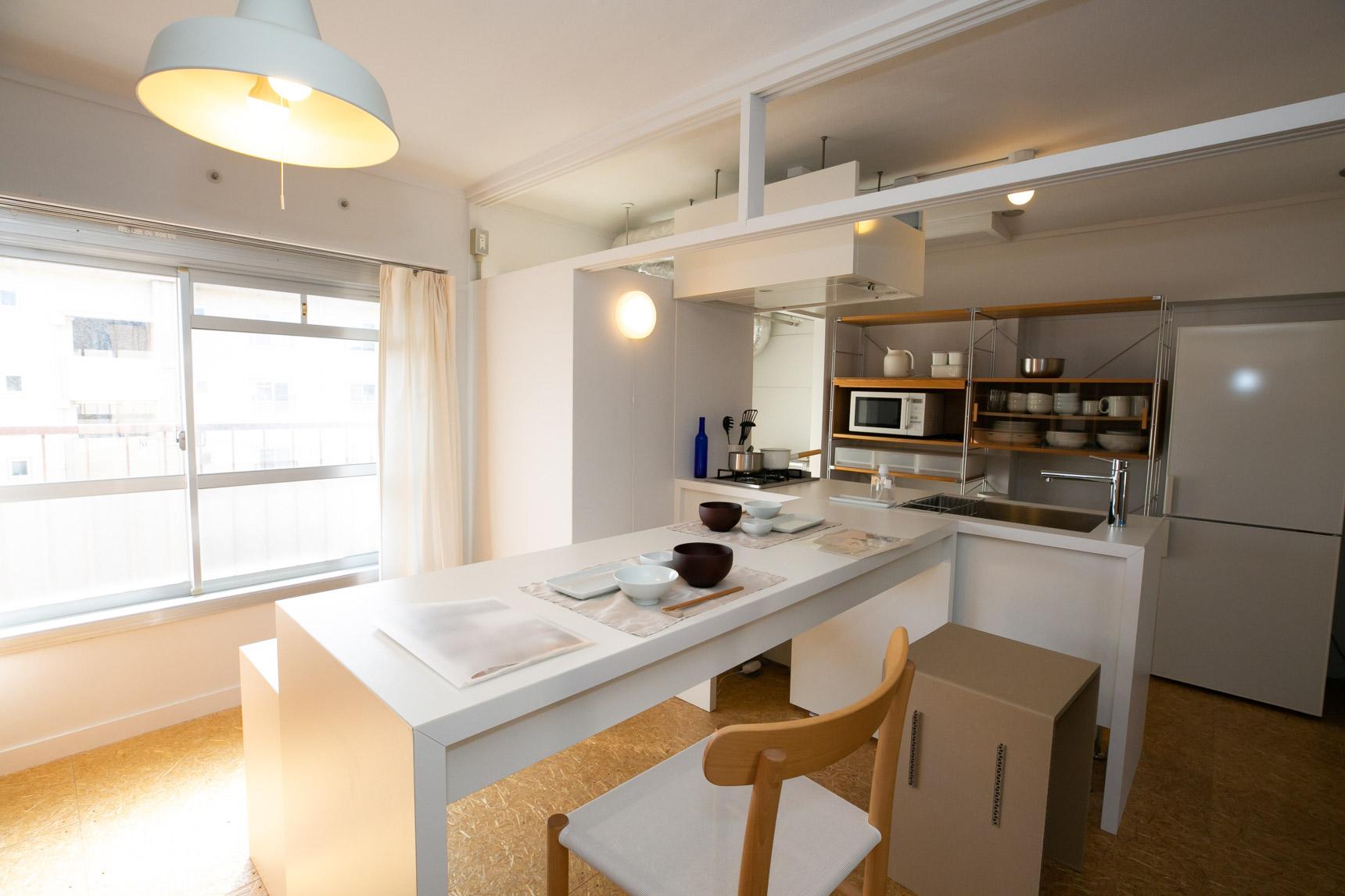 千里青山台には、人気の「MUJI×UR 団地リノベーションプロジェクト」のお部屋もあります。オリジナルのキッチンやダイニングテーブルなど、フレキシブルに形を変えながら、シンプルに暮らせる仕掛けがたくさん。