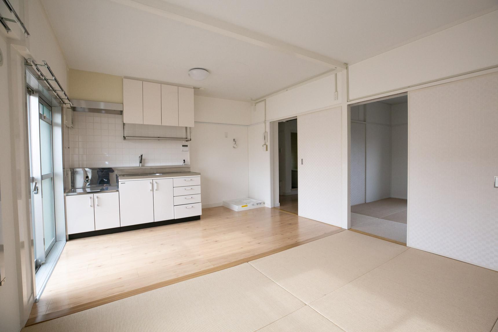 こちらは、あえてかつての団地の内装デザインを受け継ぎつつ、現代の生活にあう設備を加えたリノベーションのお部屋。
