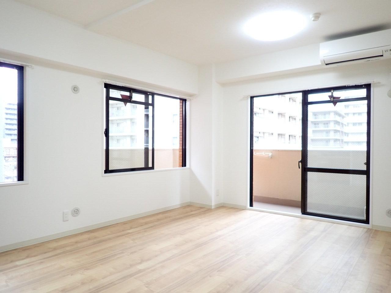 角部屋ということもあり、窓が3つあって明るいお部屋が印象的です。薄いベージュの床に、黒の窓枠が引き締め効果を出しているような気がします。